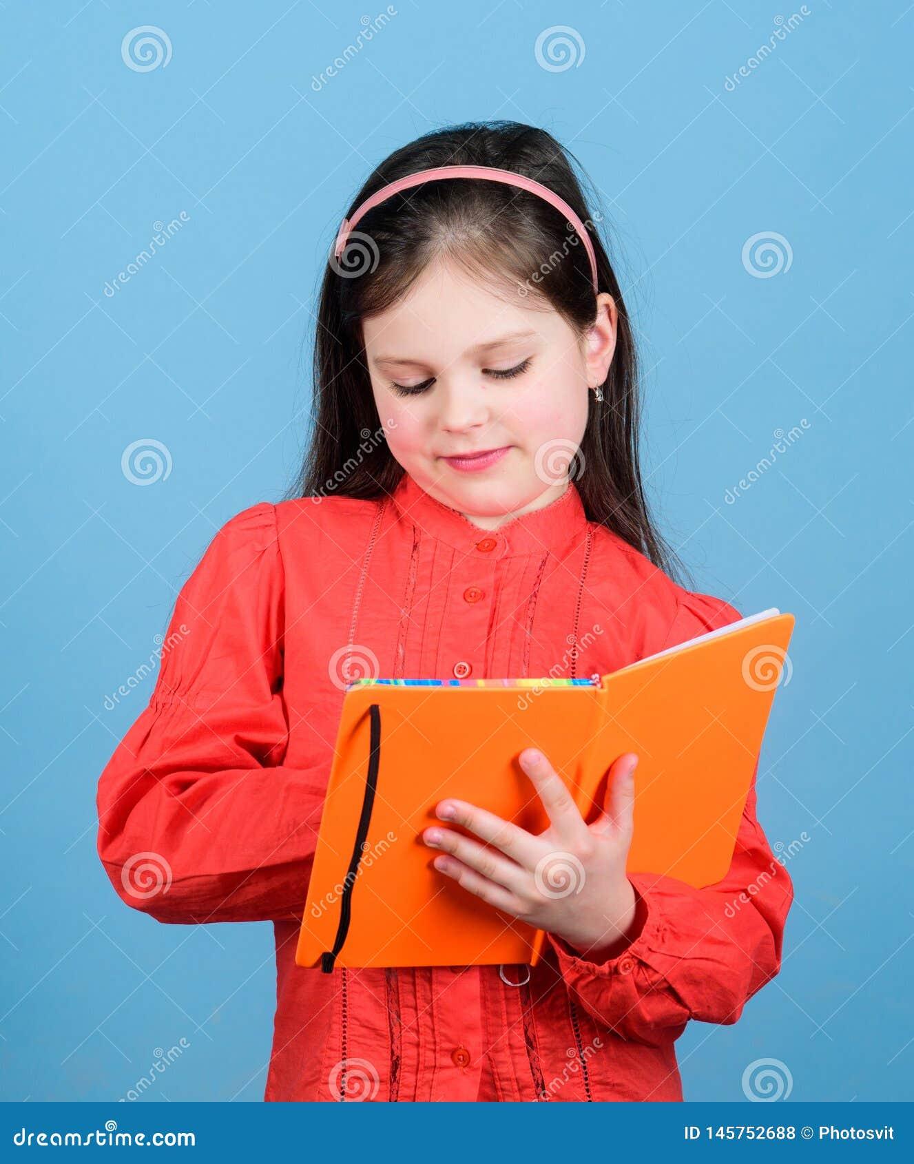 Jestem reporterem Uroczy szkolny reporter Mała dziewczyna pisze dziennikarskim opowieść puszku w nutowej książce Być reporterem o