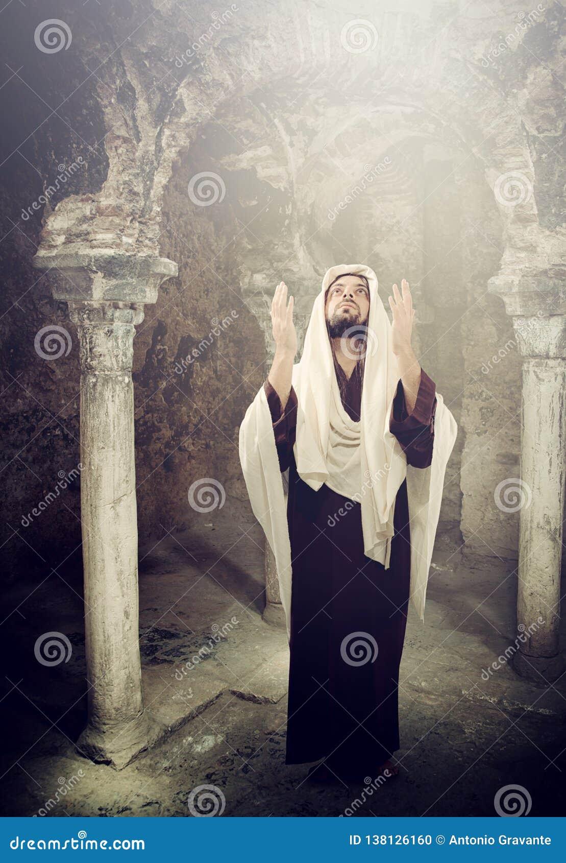 Jesus Christ die omhoog aan hemel kijken