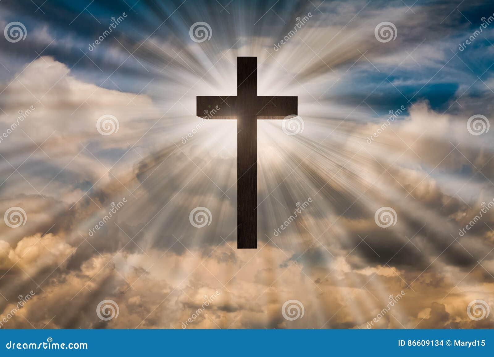 Jesus Christ kors på en himmel med dramatiskt ljus, moln, solstrålar Påsk uppståndelse, uppstiget Jesus begrepp