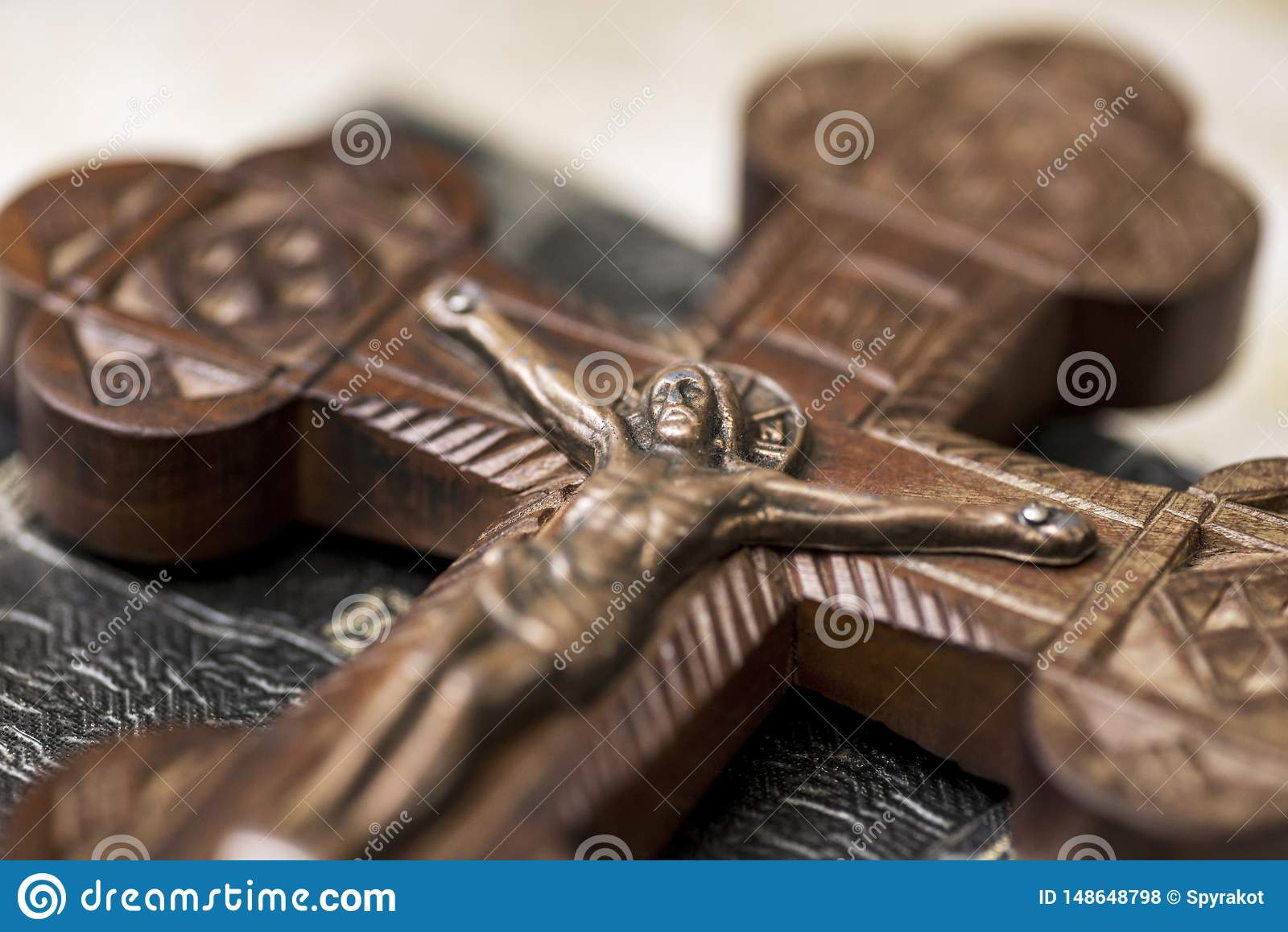 Jesus p? korset i kyrka Träkors med Jesus Christ korsfästelse