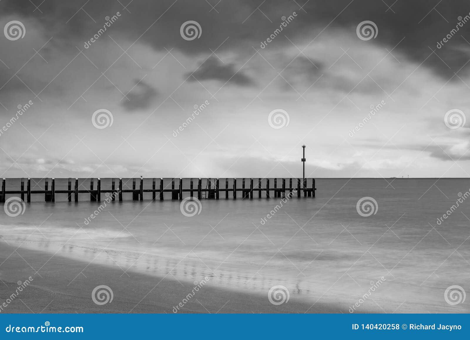 Jetée de bateau un après-midi orageux