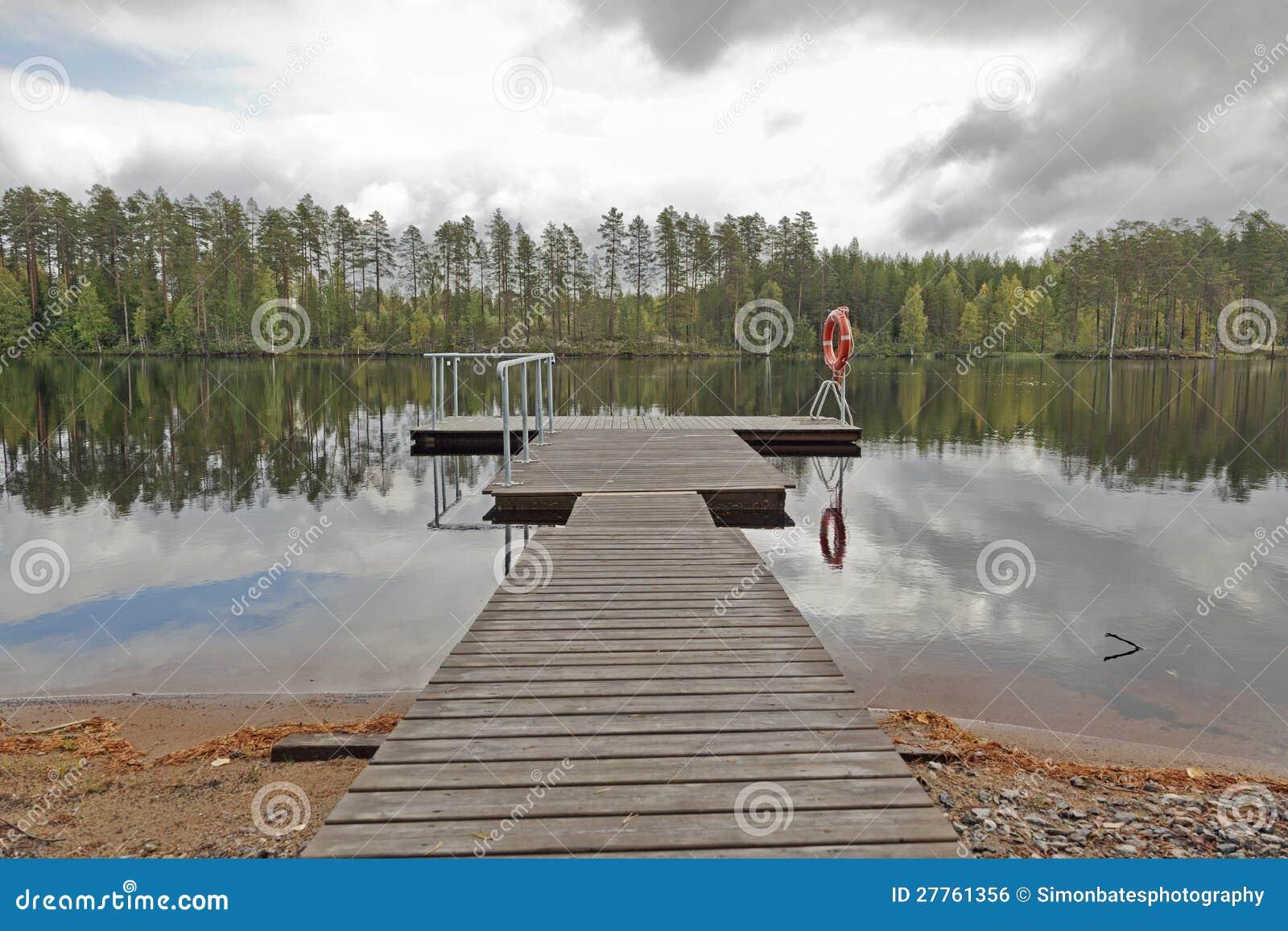 Jetée sur un lac en Finlande