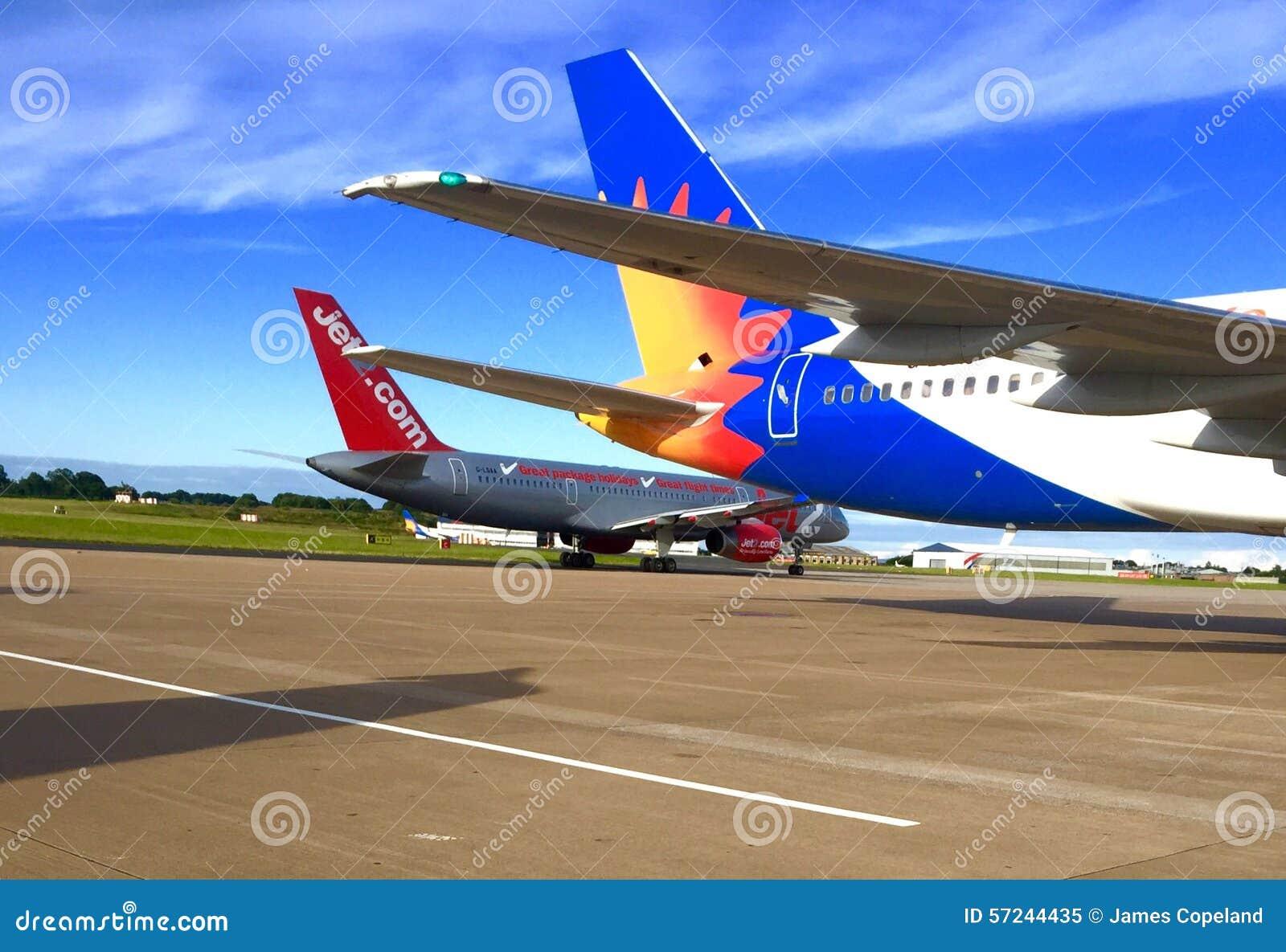 Jet2 COM y Jet2 aeroplanos de los días de fiesta de COM en la pista de despeque en el aeropuerto de Leeds Bradford