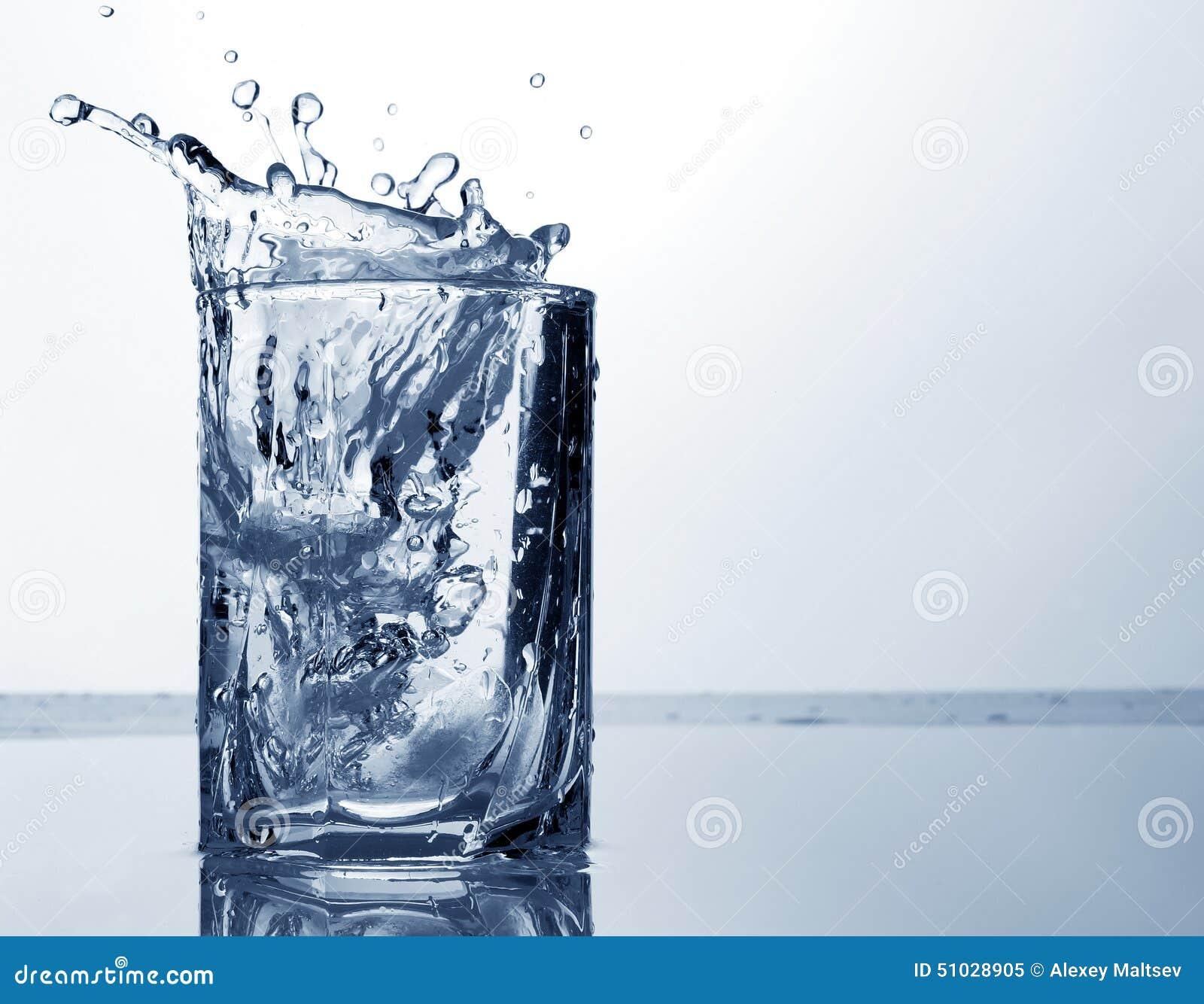 jet d 39 eau et glace dans un verre photo stock image 51028905. Black Bedroom Furniture Sets. Home Design Ideas