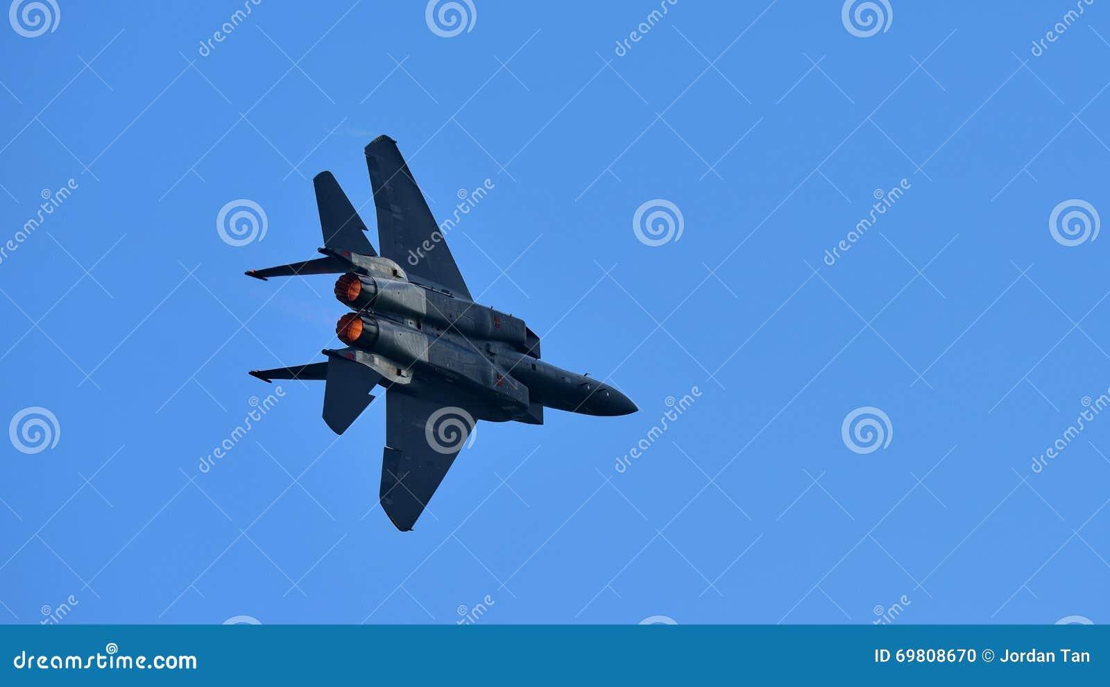 Jet de figher de RSAF F-15SG exécutant des acrobaties aériennes à Singapour Airshow