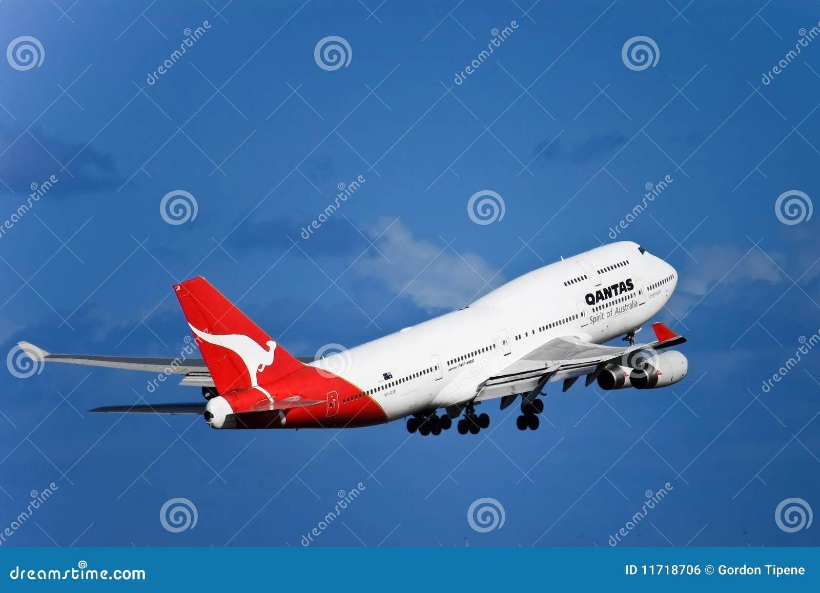 Jet de Qantas Boeing 747 en vuelo con el tren de aterrizaje.