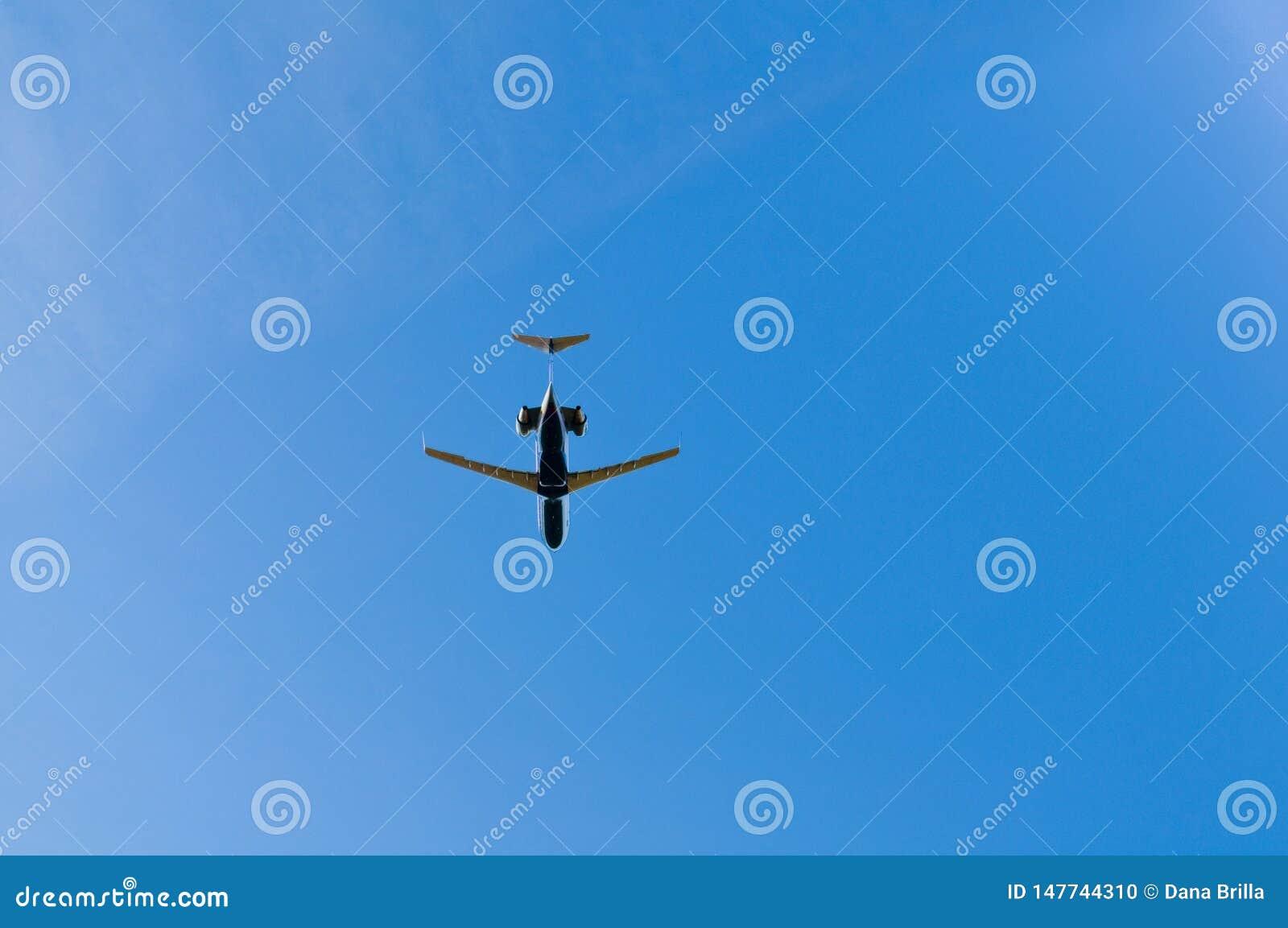 Jet-fliegende Unkosten in den blauen Himmeln