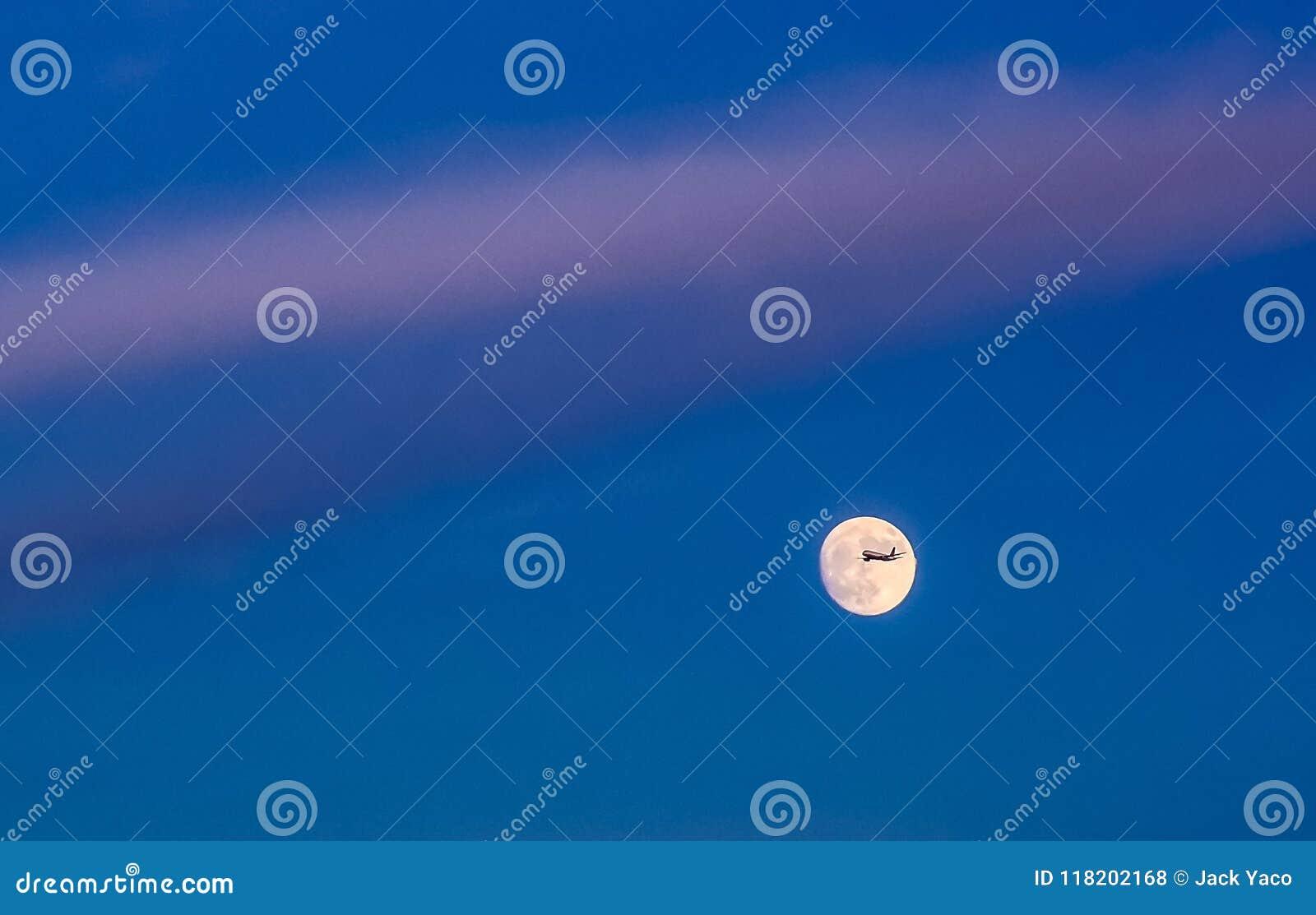 Jet Flying Across commerciale la pleine lune