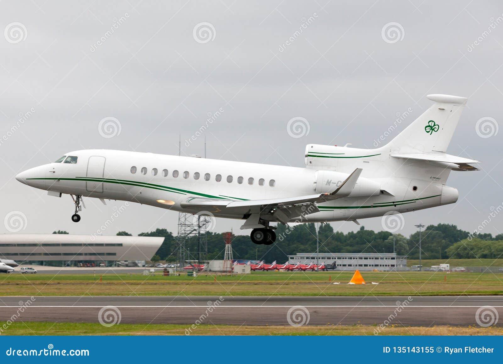 Jet privado del halcón 7X M-CELT de Dassault, poseído por Dermot Desmond, el hombre de negocios del multimillonario y el dueño de