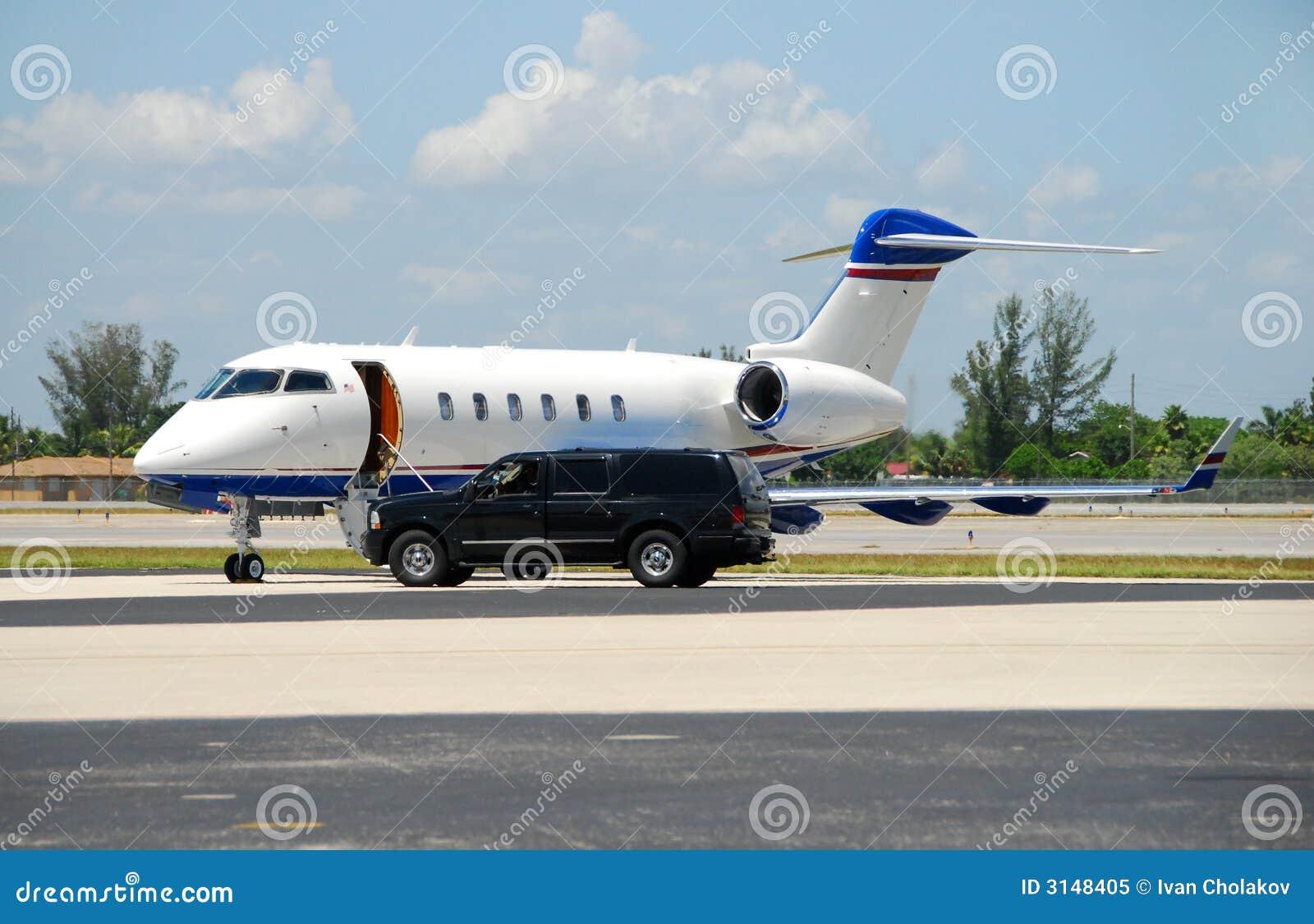 Jet privado que aguarda al pasajero