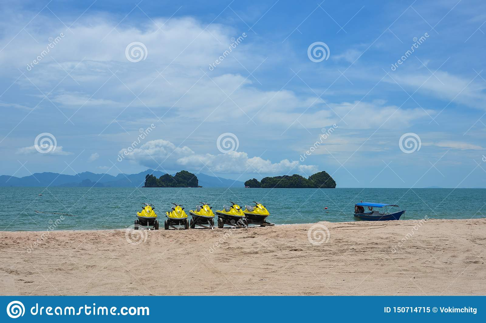 Jet ski su una spiaggia soleggiata