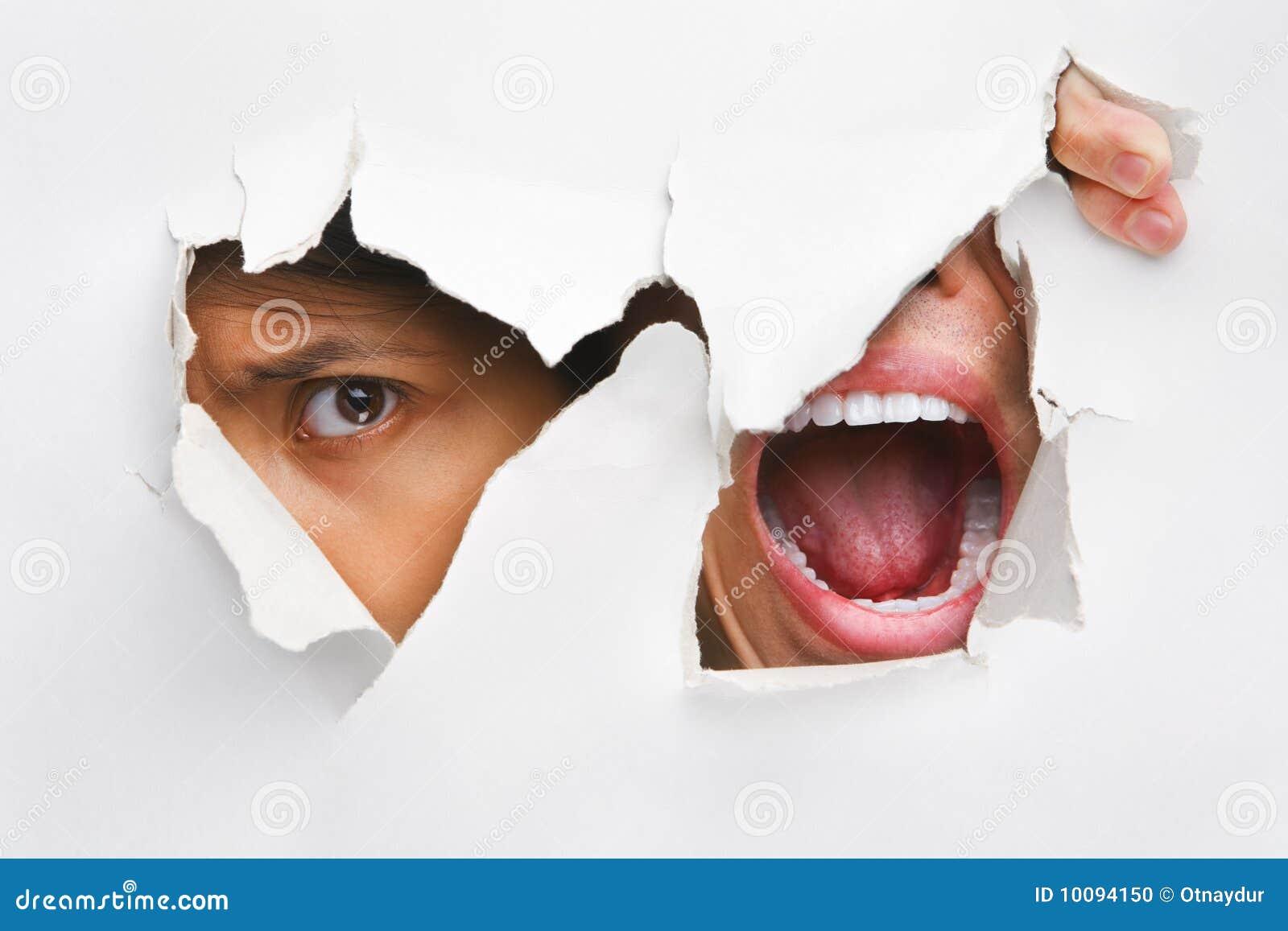 Jeter un coup d 39 oeil et crier du trou dans le mur photo for Reboucher un trou dans un mur