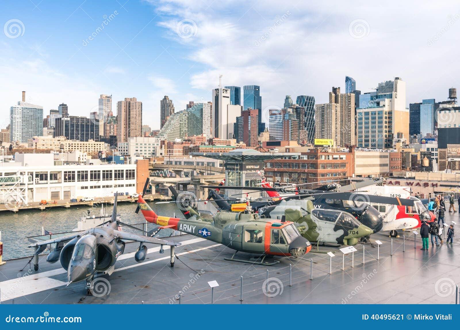 Jets y helicópteros militares dentro del mar, del aire y del museo espacial intrépidos