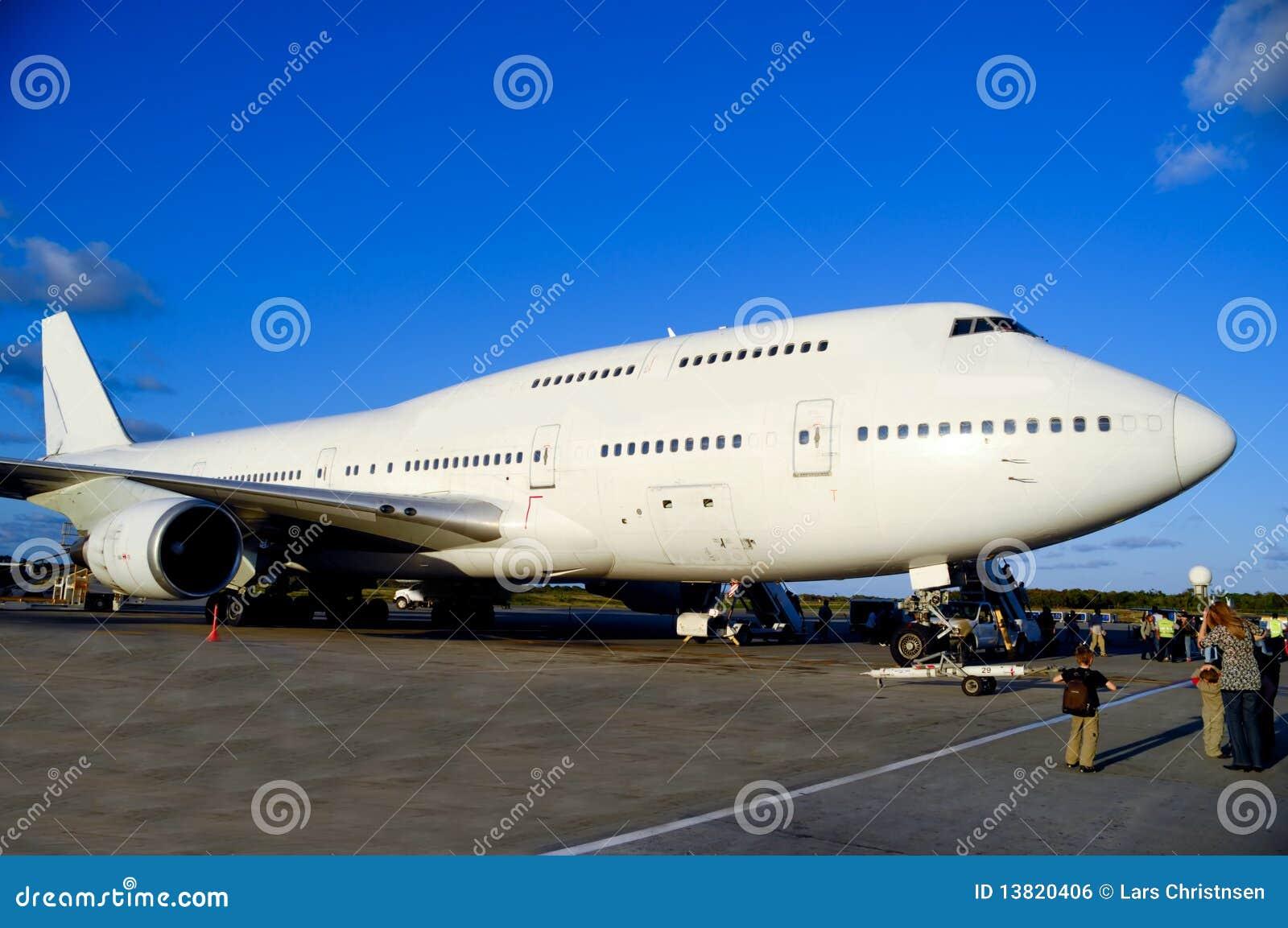 Jetsflugzeug im Flughafen