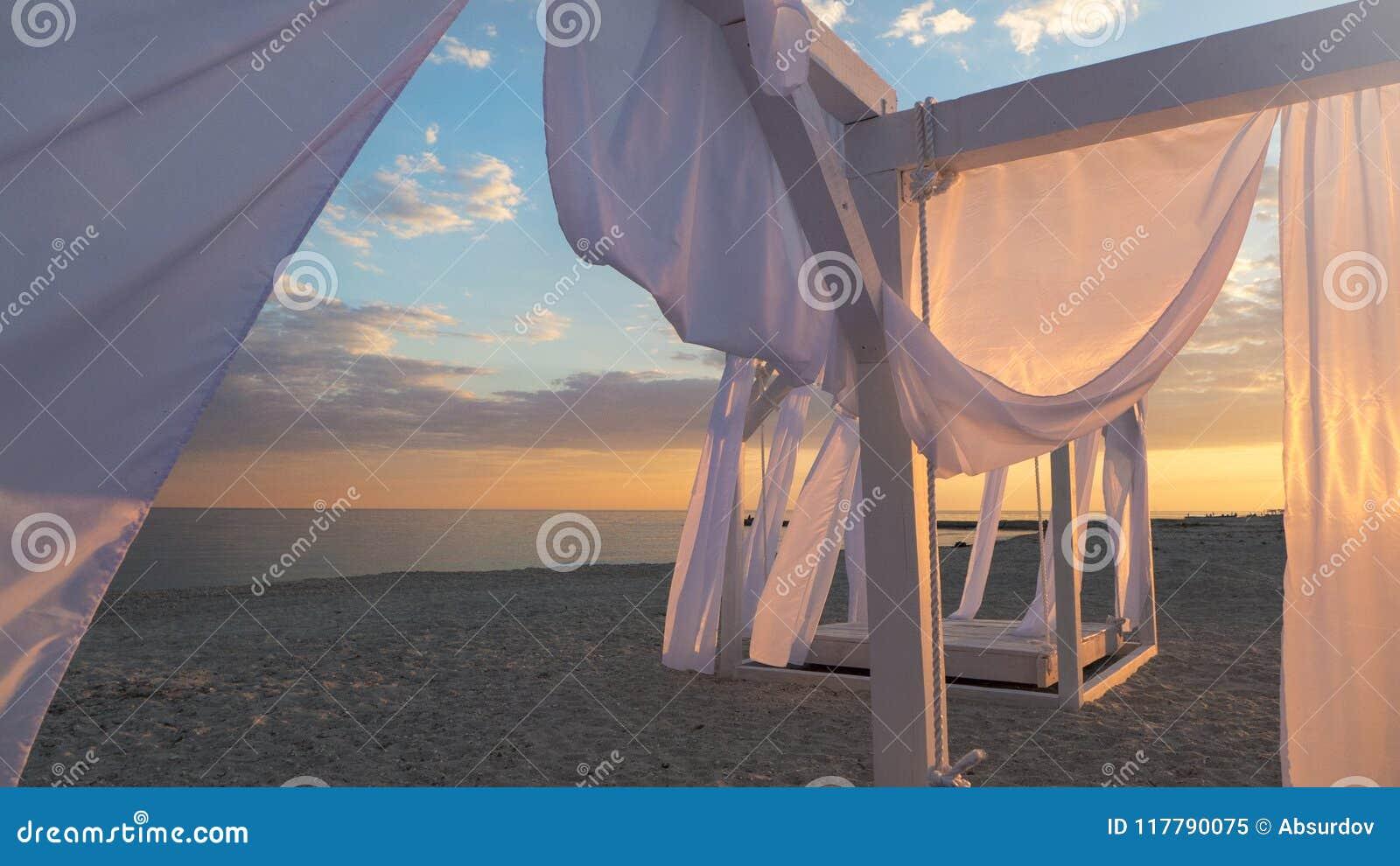 https fr dreamstime com jette tente les rideaux blancs en tissu brise bord mer vent image117790075