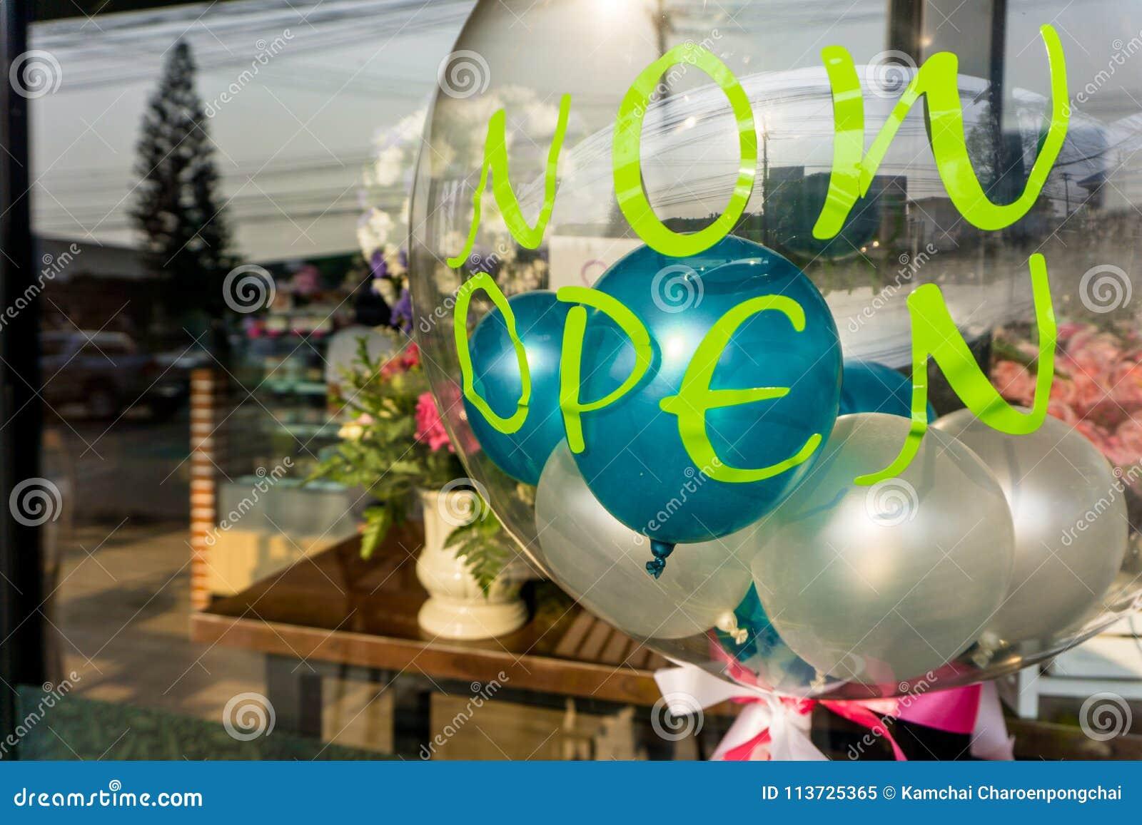` Jetzt offener ` Aufkleber auf transparentem Ballon mit anderen kleinen bunten Ballonen nach innen