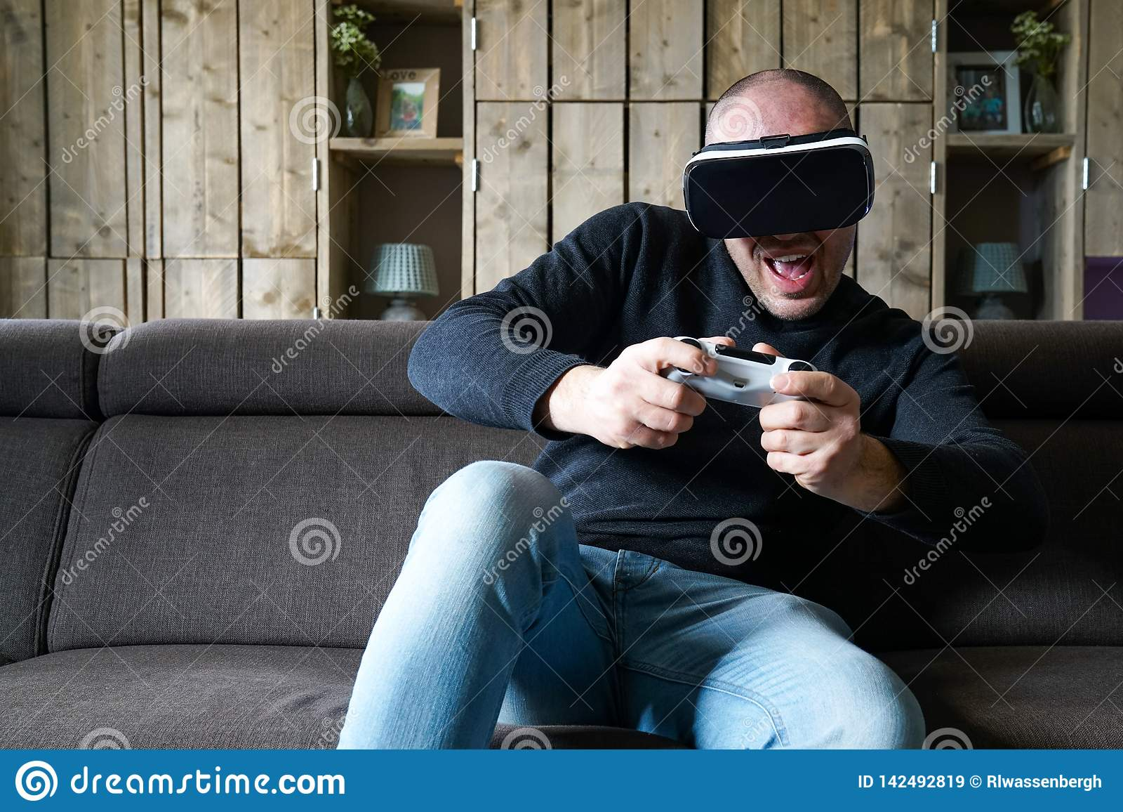 Jeu adulte d homme avec un casque de réalité virtuelle dans son salon