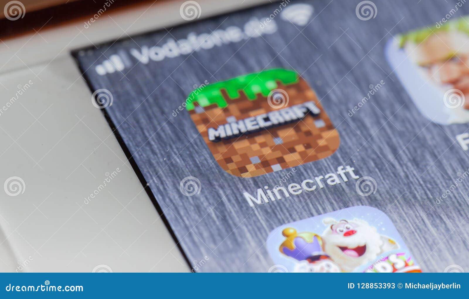 Jeu App De Minecraft Sur Lécran Cassé Diphone Photo Stock