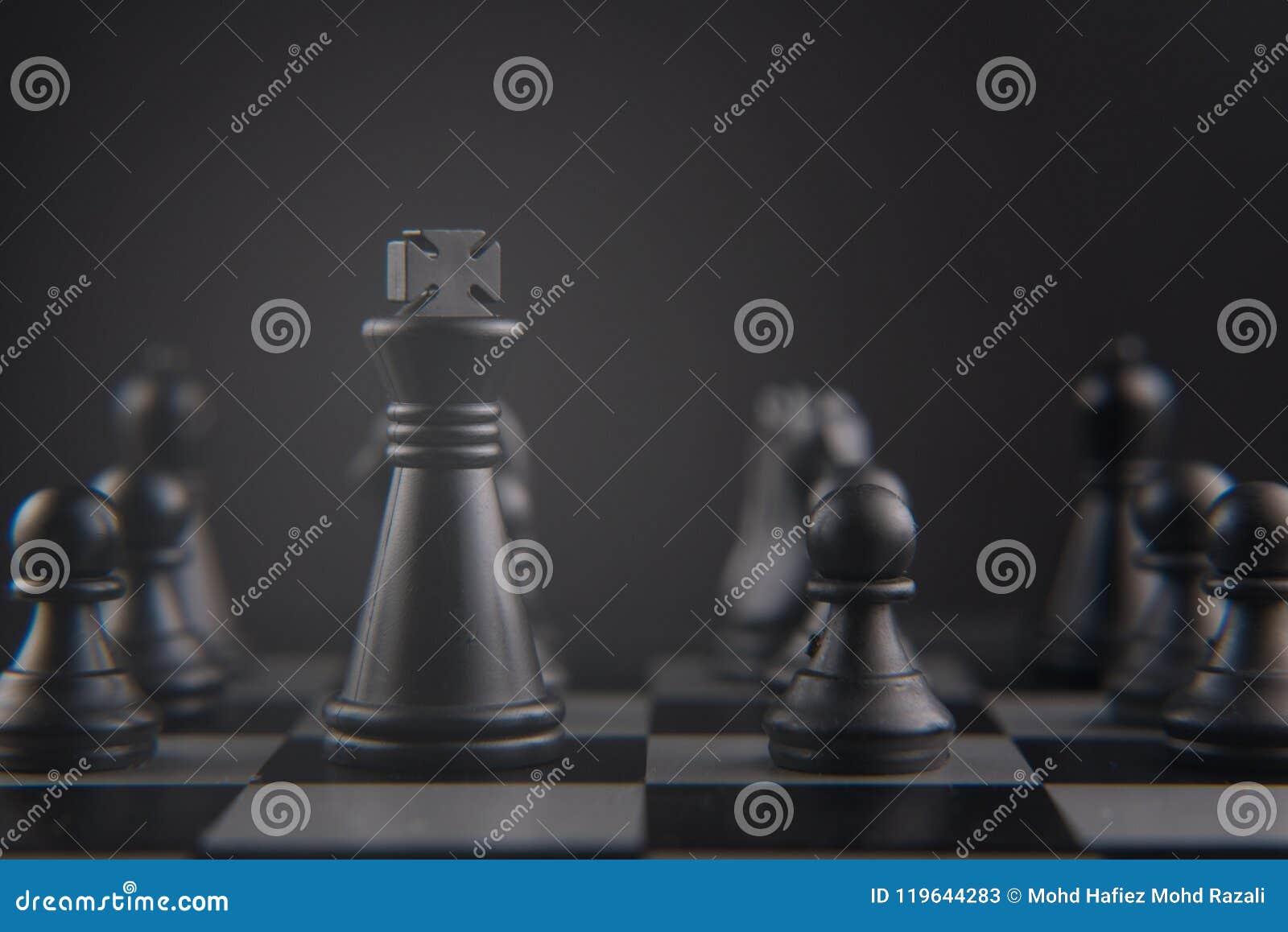 Jeu d échecs sur l échiquier morceaux noirs de roi et de gage concept de chef, de stratégie et de travail d équipe