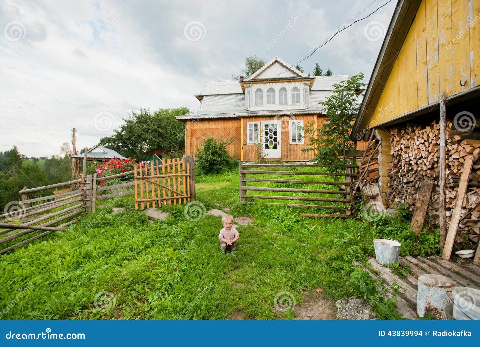 Maison Pour Enfant Exterieur jeu d'enfant extérieur sur la maison en bois de passé d