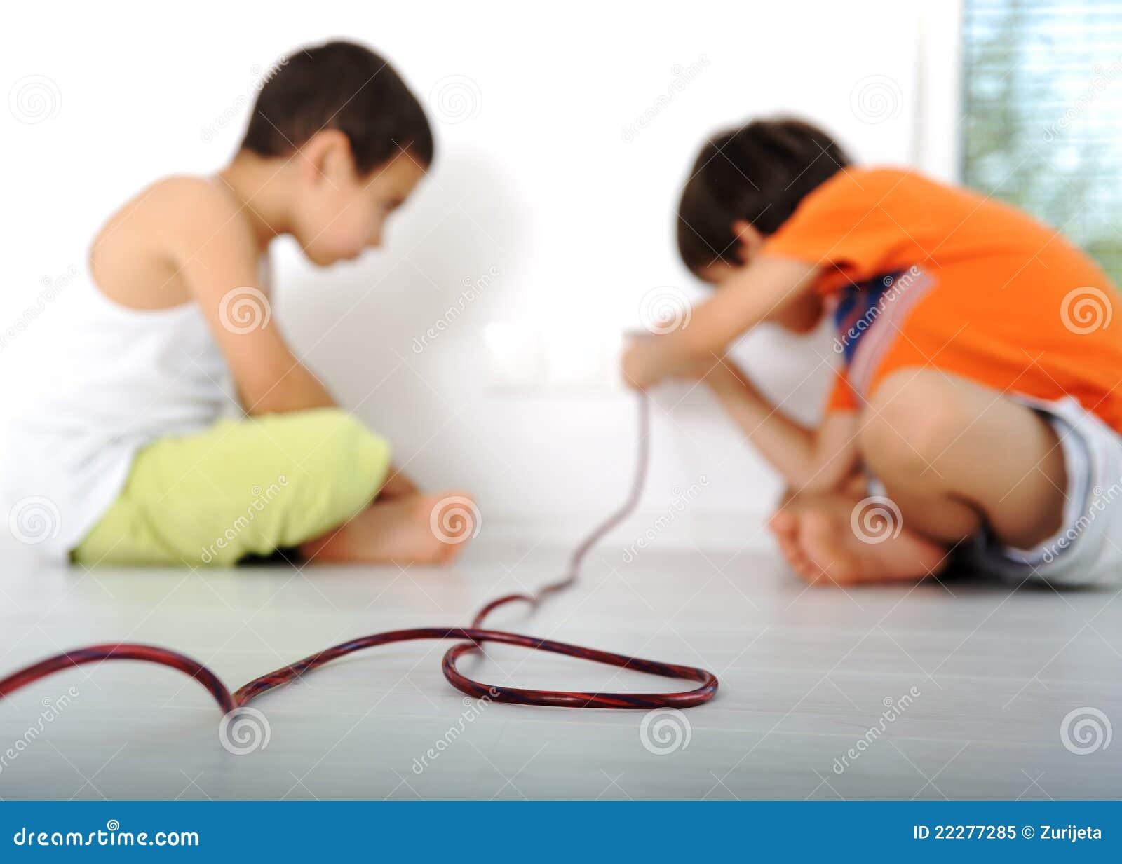 jeu dangereux exp rimentation d 39 enfants image stock image du home gosse 22277285. Black Bedroom Furniture Sets. Home Design Ideas