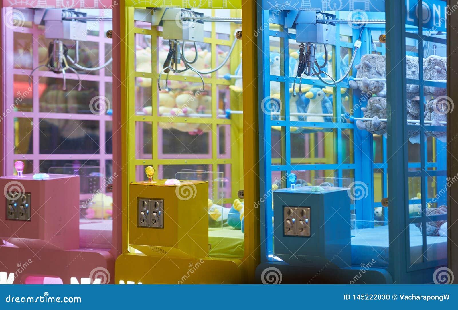 Jeu de distributeur automatique par la pièce de monnaie d insertion pour avoir l occasion d obtenir la porte dans l armoire dans