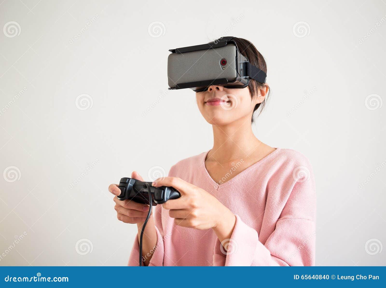 Jeu de jeune femme avec le dispositif de réalité virtuelle