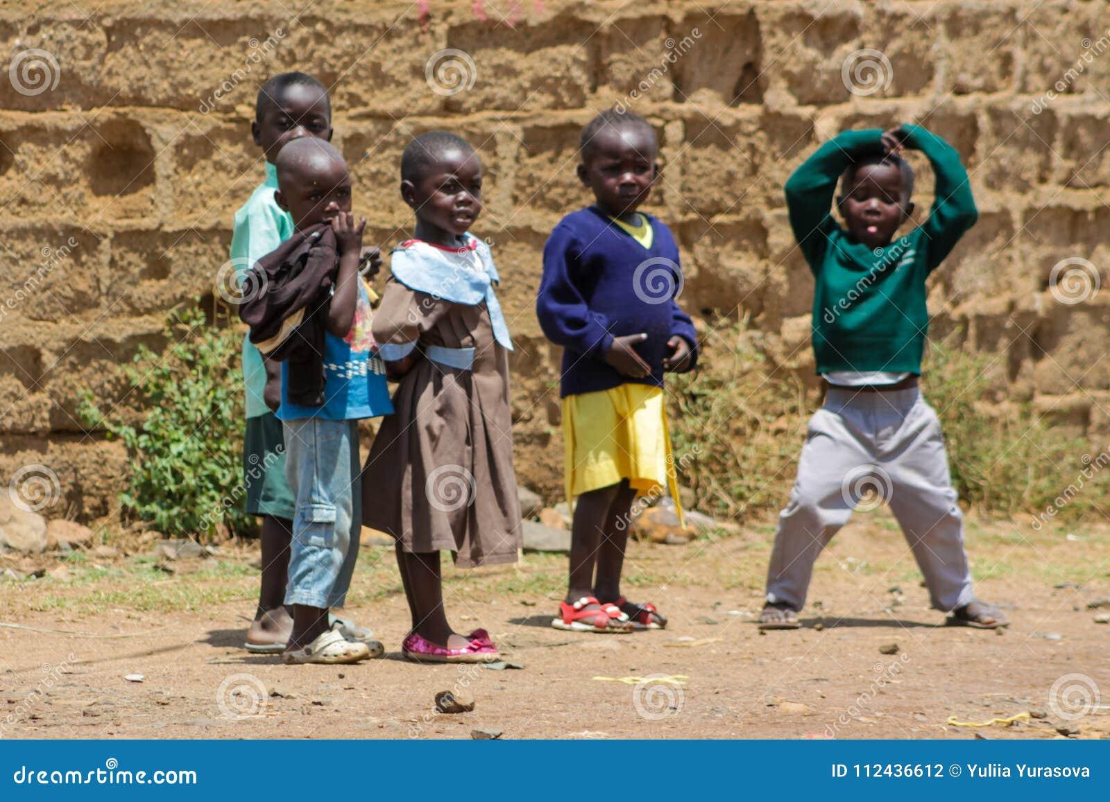 Jeu de petits enfants africain sur une rue