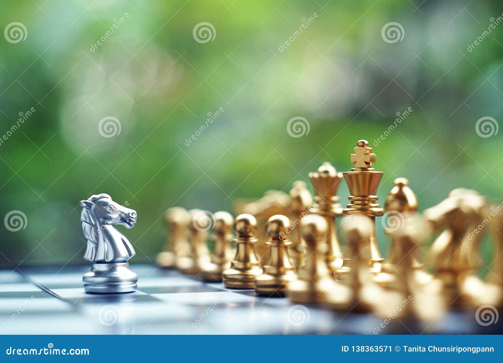 Jeu de société d échecs Combat entre l équipe argentée et d or Affaires concurrentielles et concept de planification de stratégie