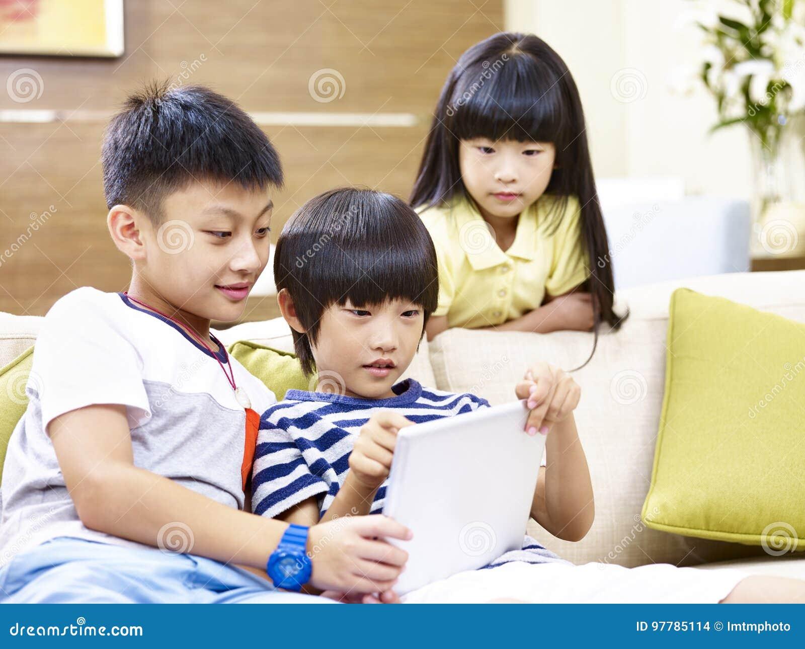 Jeu vidéo asiatique de jeu d enfants à la maison