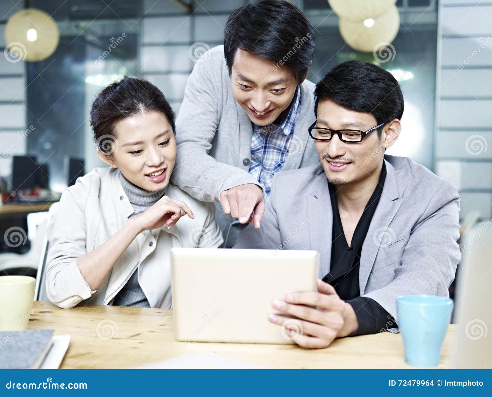Jeune équipe asiatique d affaires travaillant ensemble dans le bureau