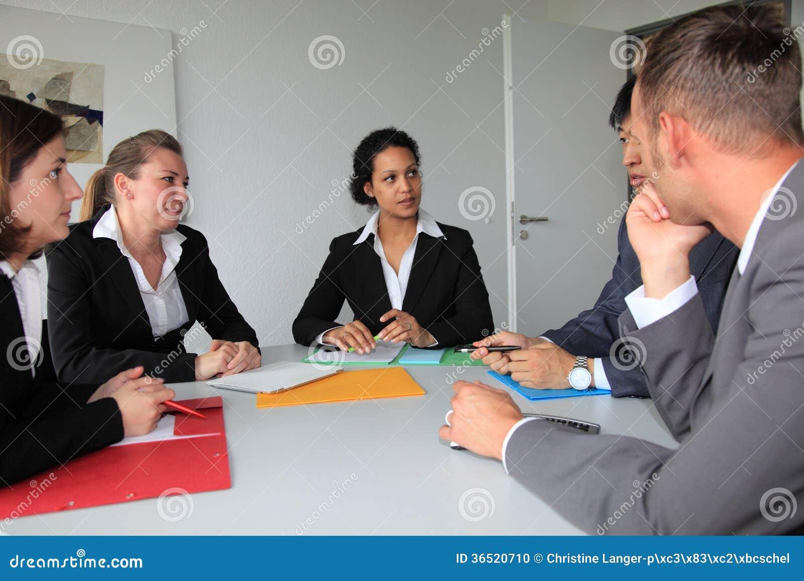 Jeune équipe consacrée d affaires lors d une réunion