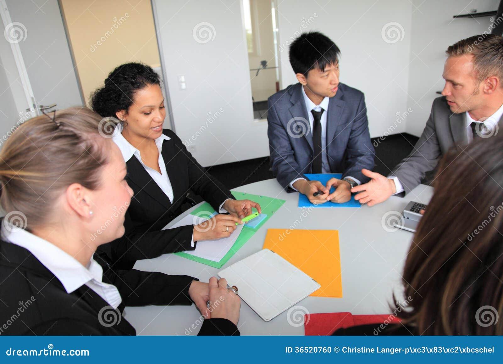 Jeune équipe diverse d affaires lors d une réunion