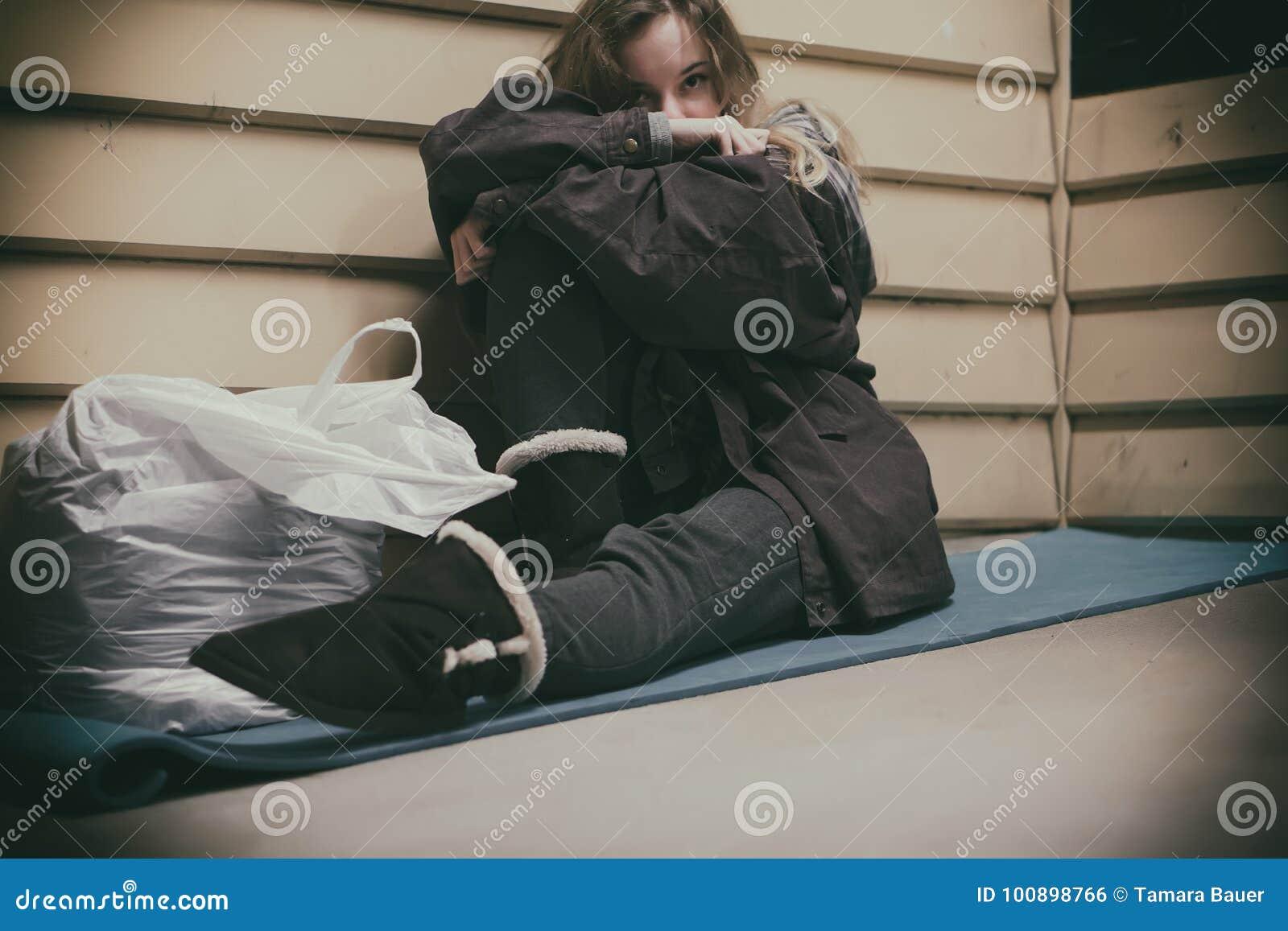 Jeune adolescent sans abri prenant l abri