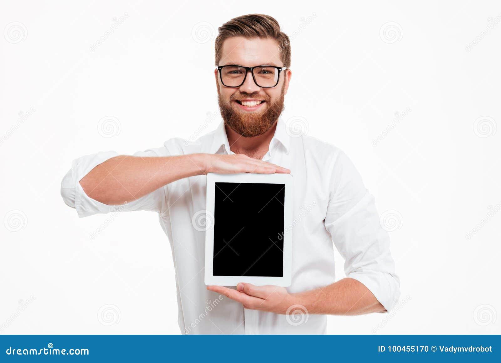 Jeune affichage barbu gai d apparence d homme de tablette