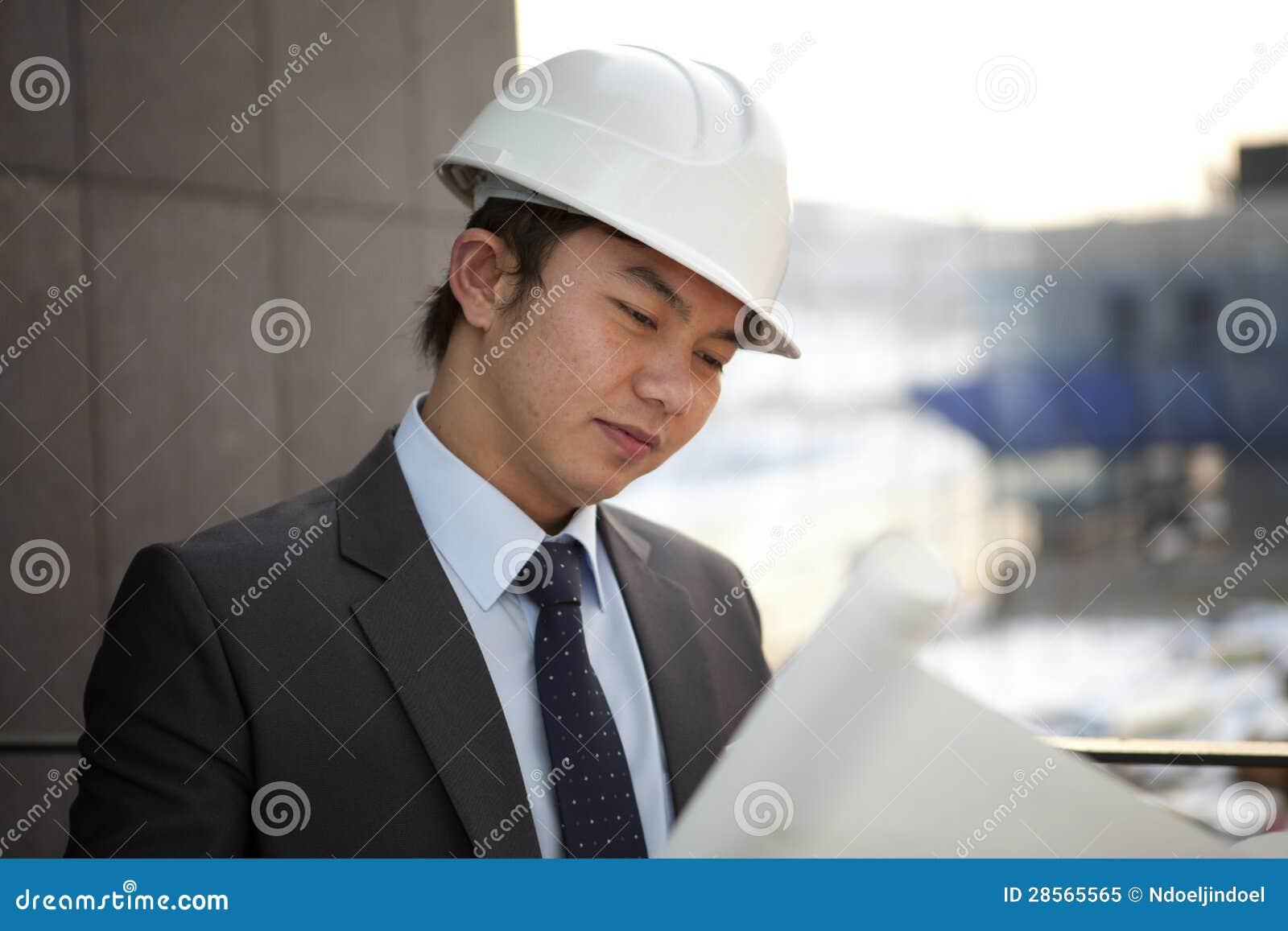 Jeune architecte asiatique mâle
