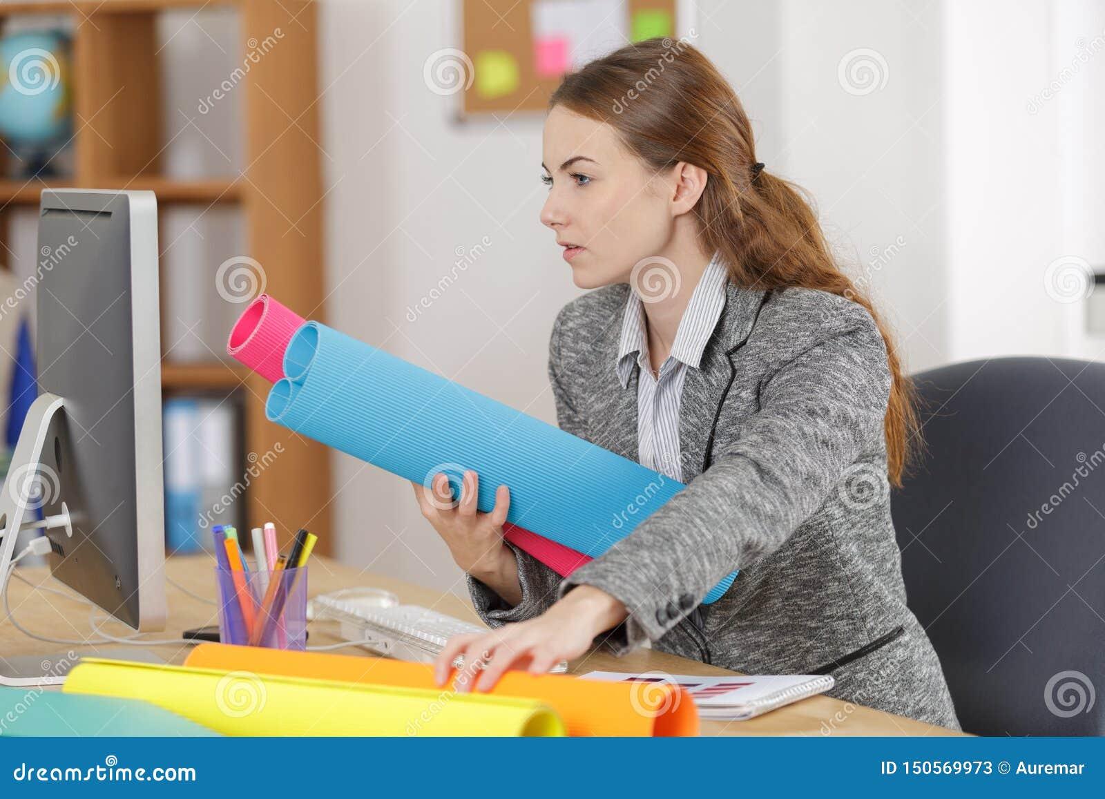 Jeune architecte féminin travaillant au croquis de mise au point dans le bureau