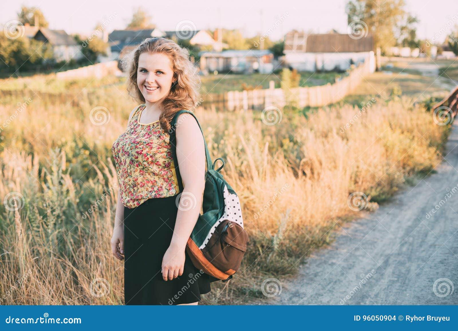 Jeune assez plus la femme heureuse caucasienne de fille de taille avec des yeux bleus