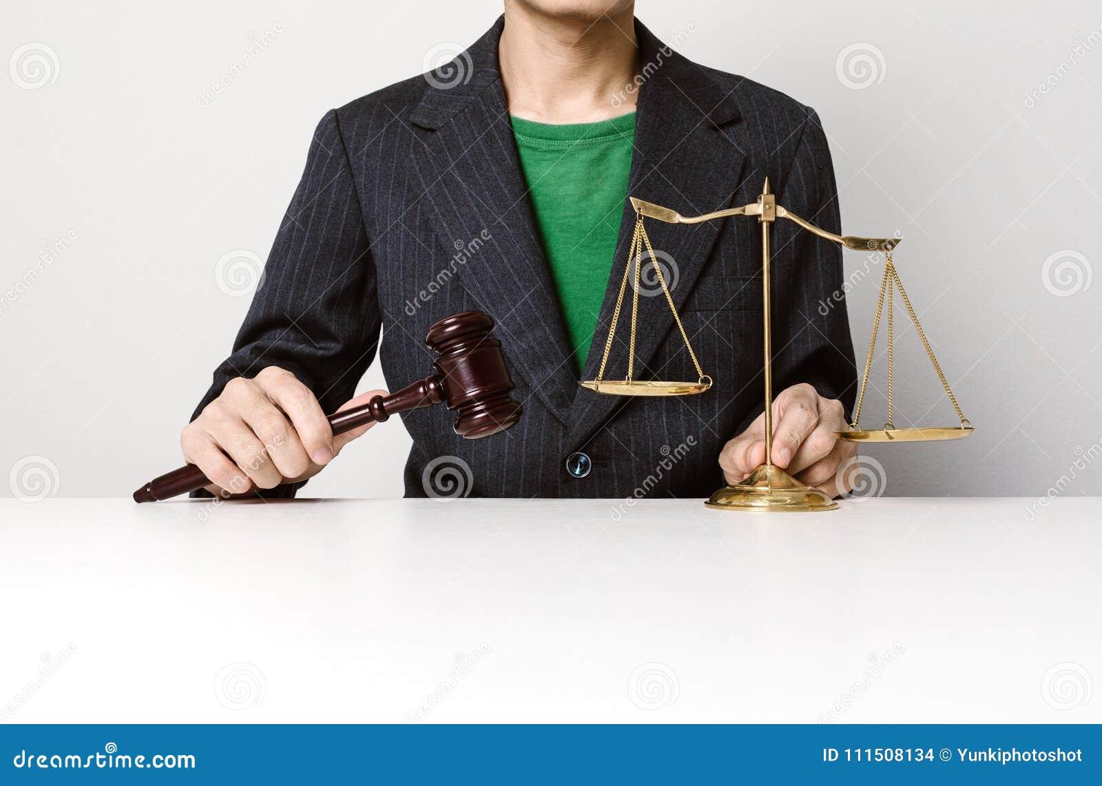 Jeune avocat tenant le fonctionnement en bois de marteau