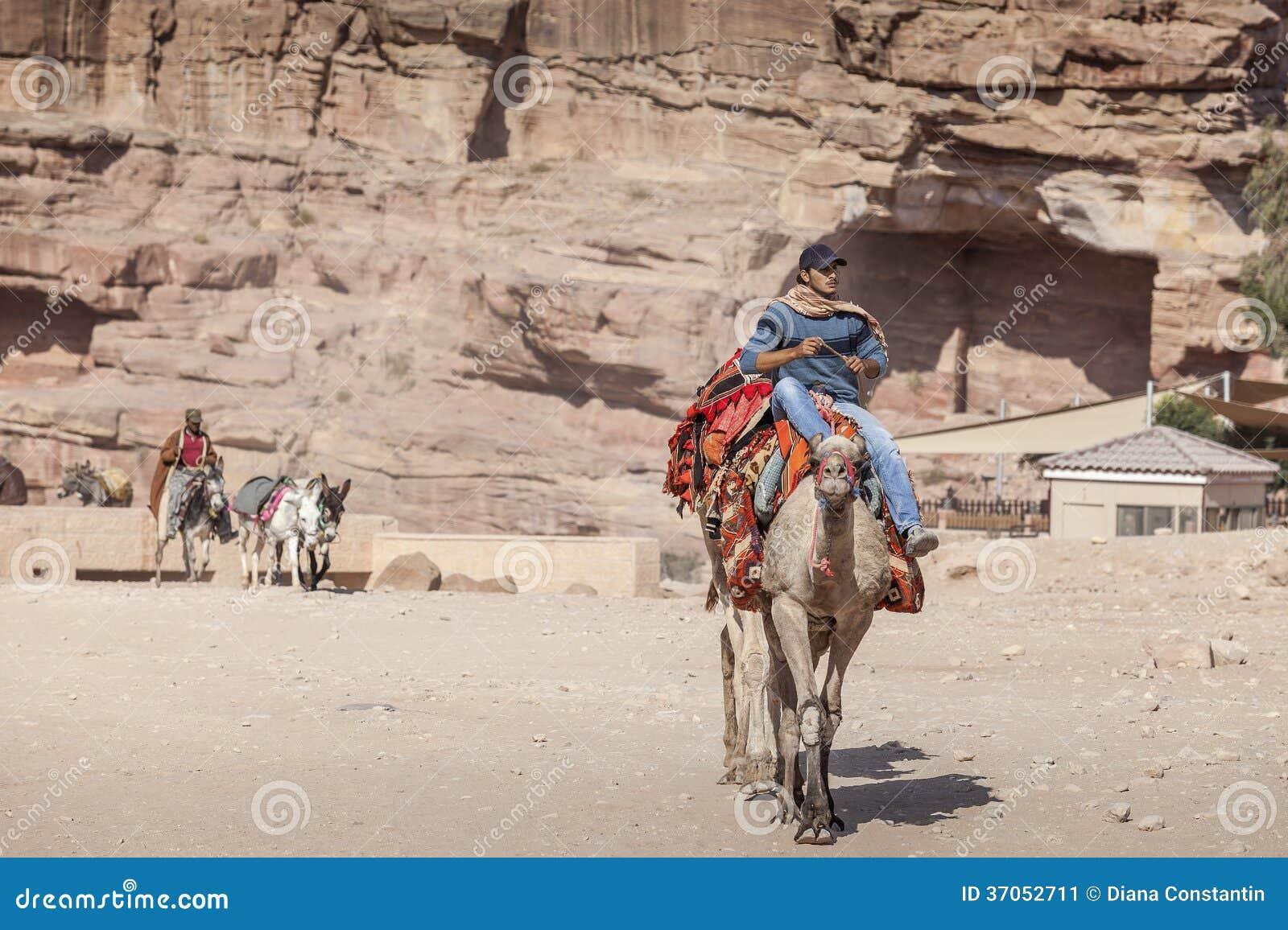 Jeune bédouin montant un chameau