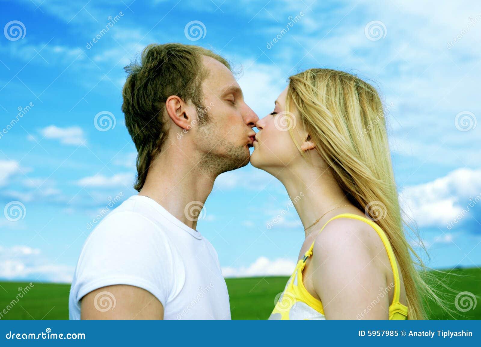 Jeune baiser de couples d amour dans le domaine
