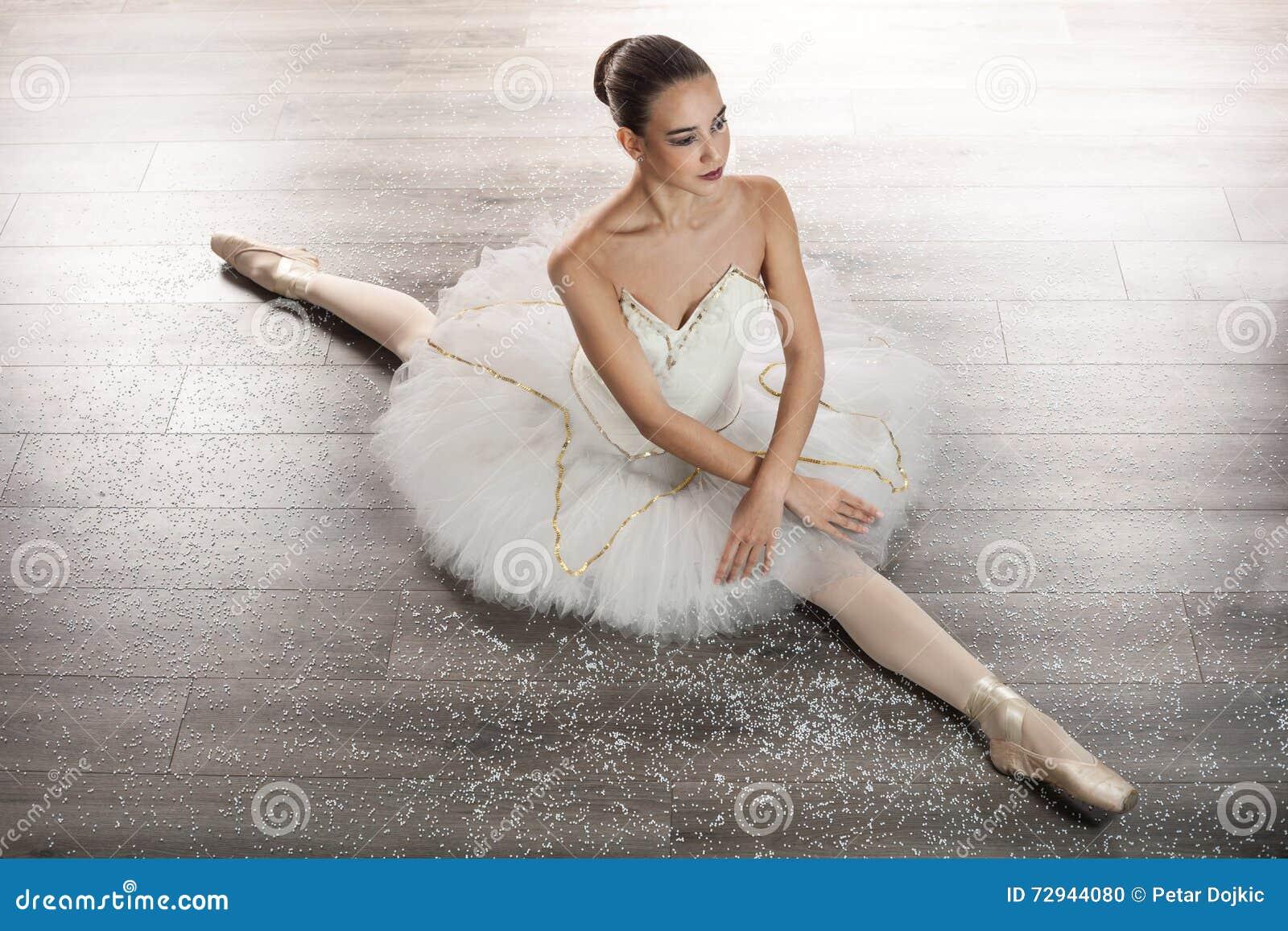 Favori Ballerine dans la danse classique de pose de ballet photos stock  SH36