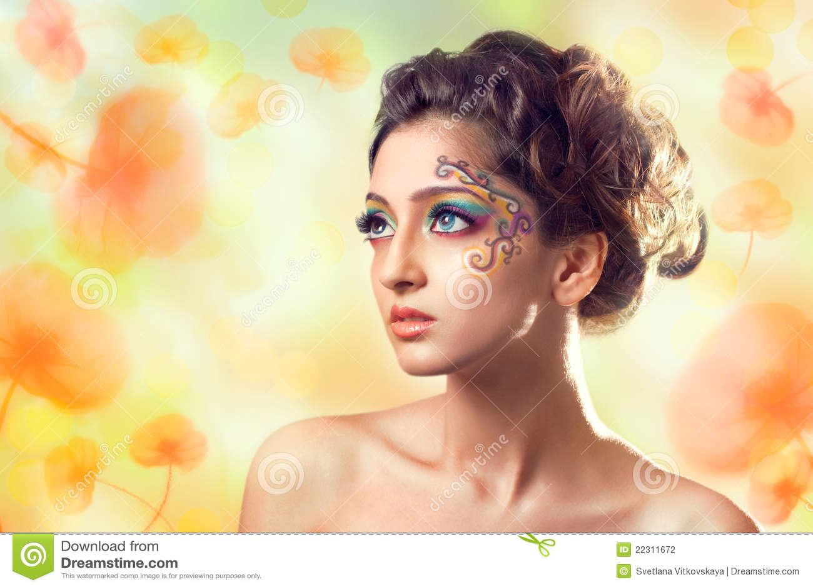 Jeune beau femme au-dessus de fond de fleurs