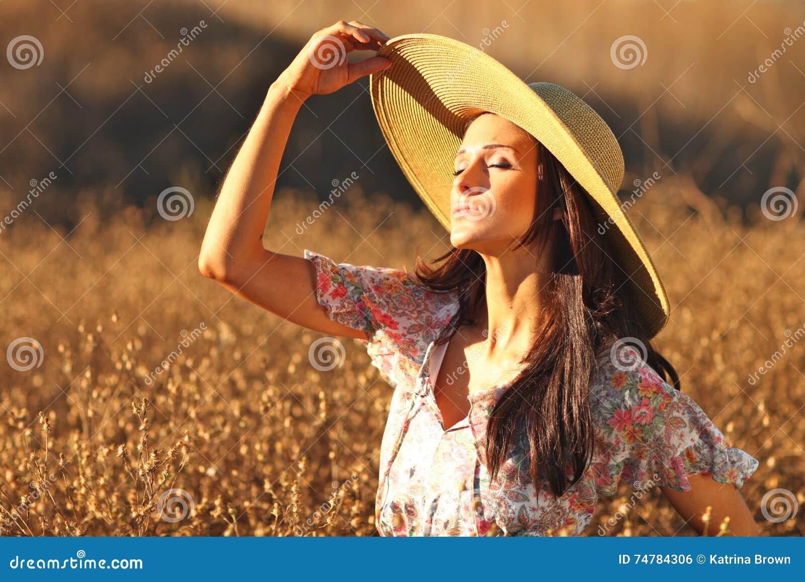 Jeune beau femme sur une zone en heure d été
