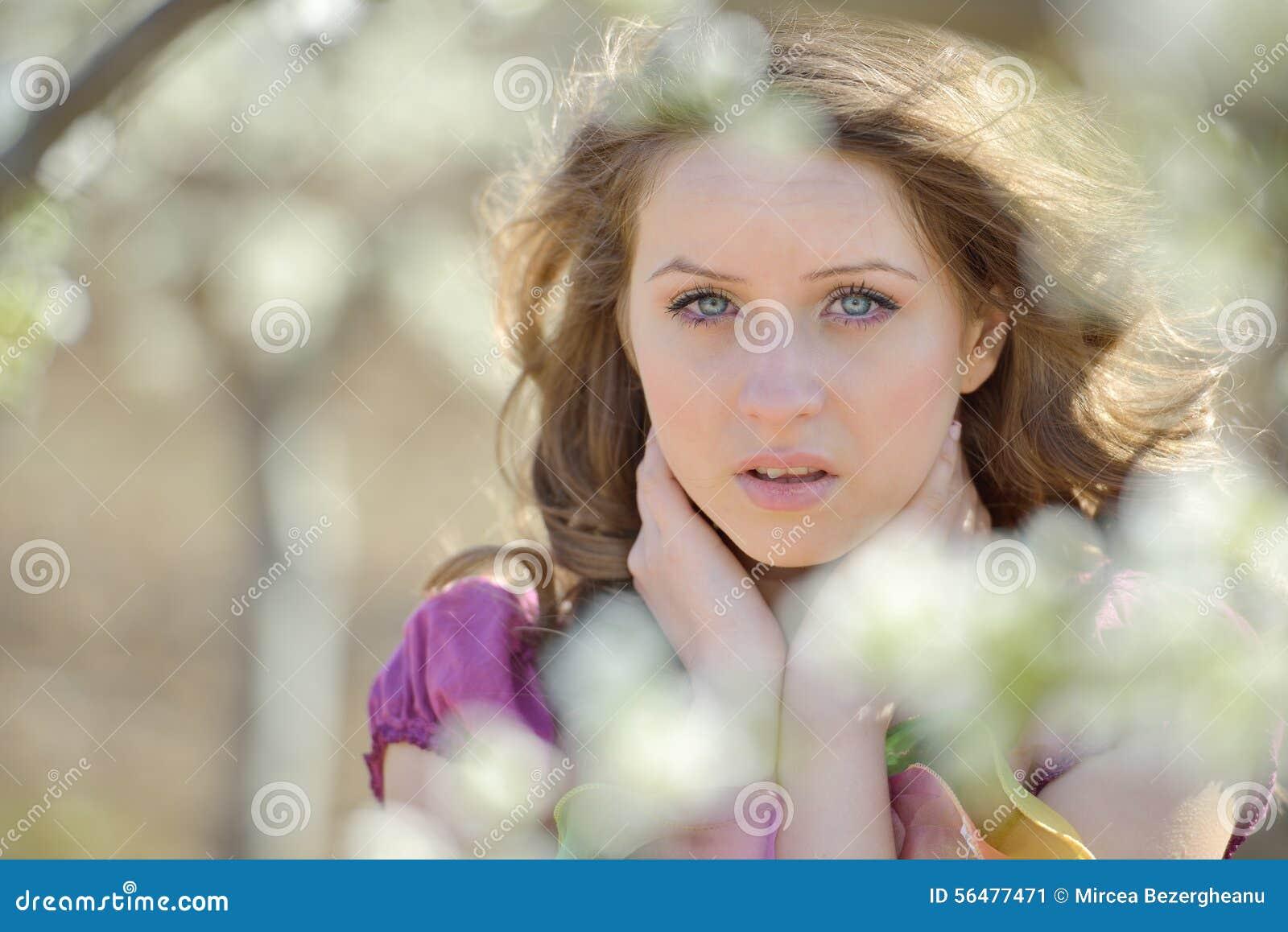 Jeune beau portrait de femme extérieur