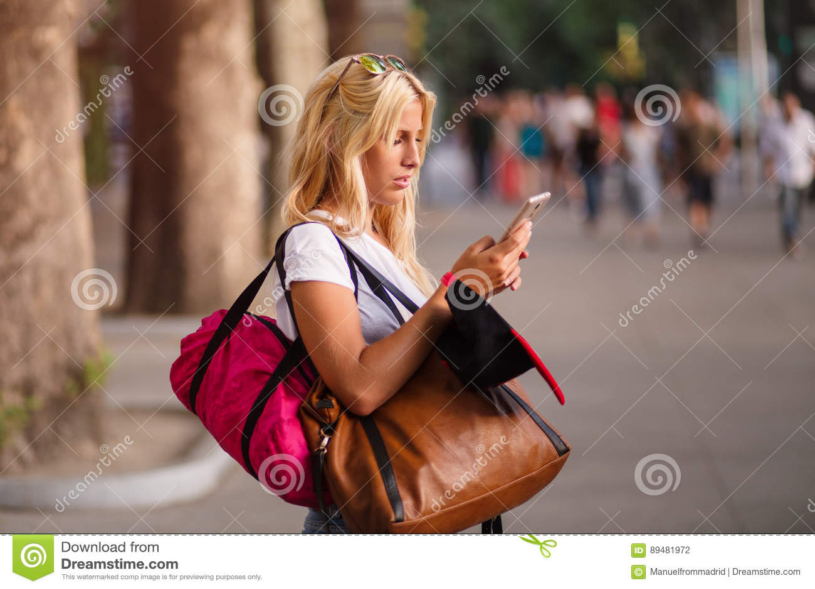Jeune belle femme à l aide de son téléphone