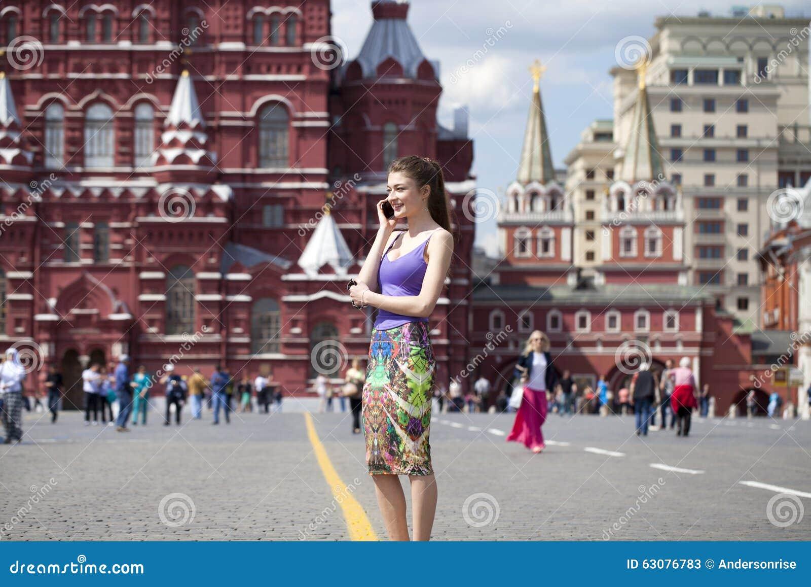 Download Jeune belle femme à Moscou image stock. Image du mignon - 63076783
