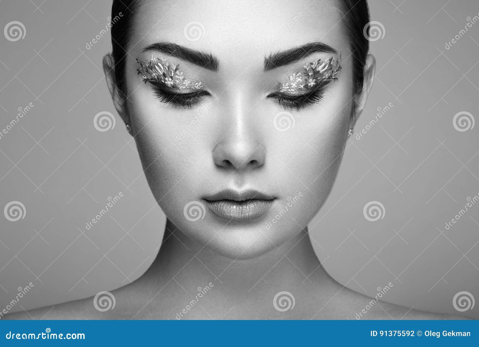 487b17ac9fe Jeune belle femme avec des yeux de maquillage de fleur Maquillage de  ressort Mode de beauté cils Fard à paupières cosmétique Détail de maquillage  Fille sur ...