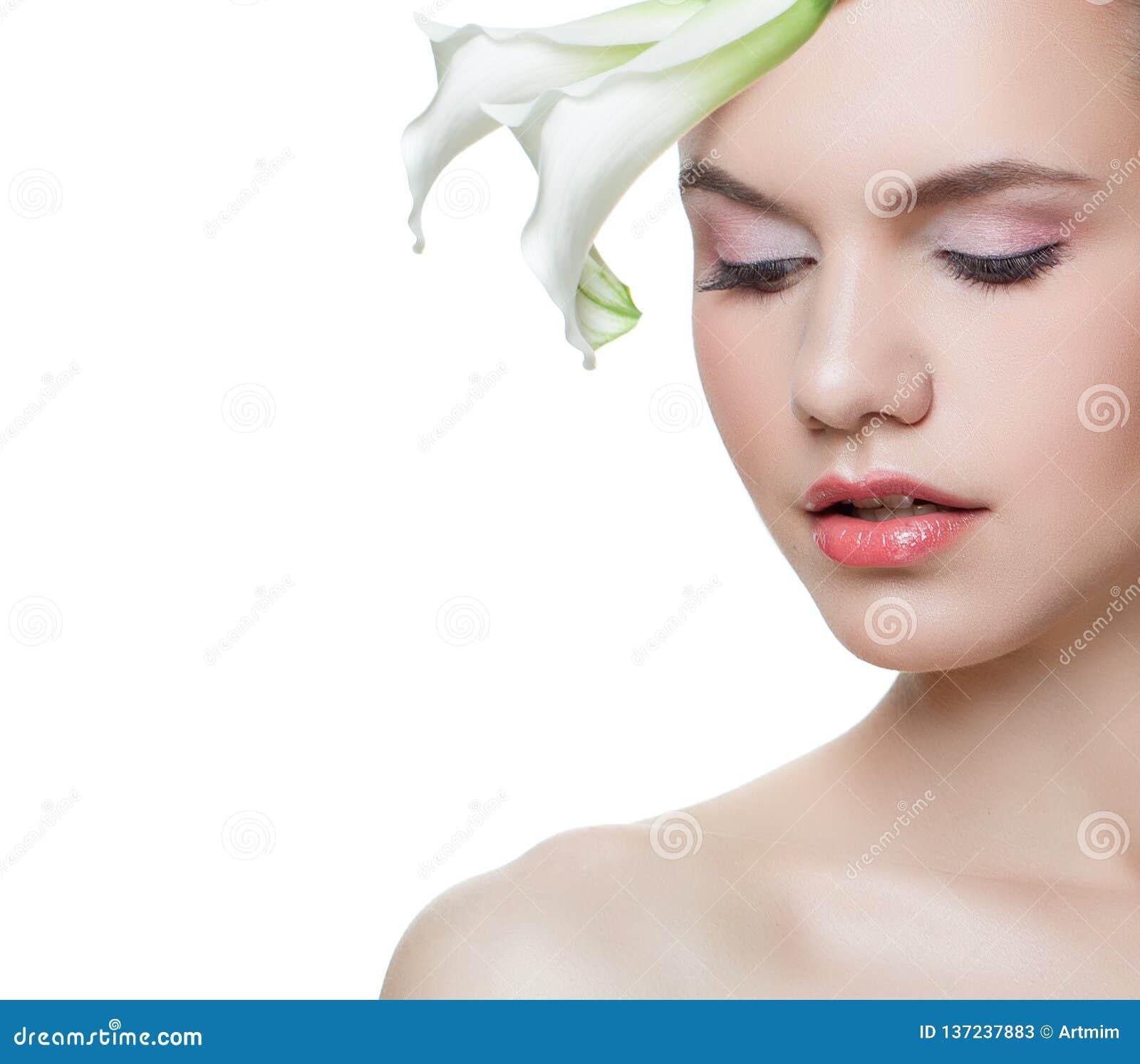 Jeune belle femme avec la fleur d isolement sur le fond blanc, plan rapproché femelle de visage, portrait de ressort
