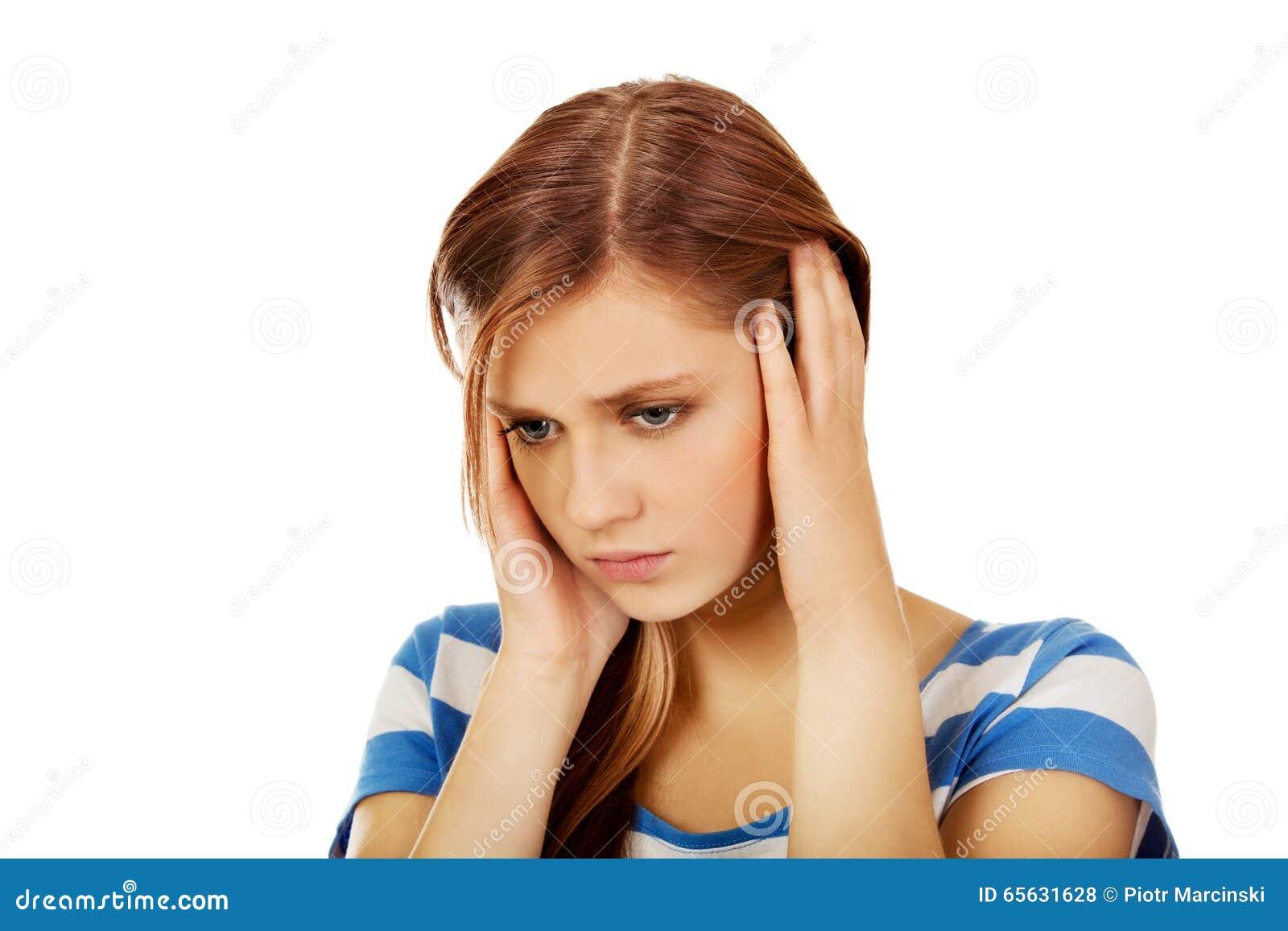 Jeune belle femme avec le mal de tête
